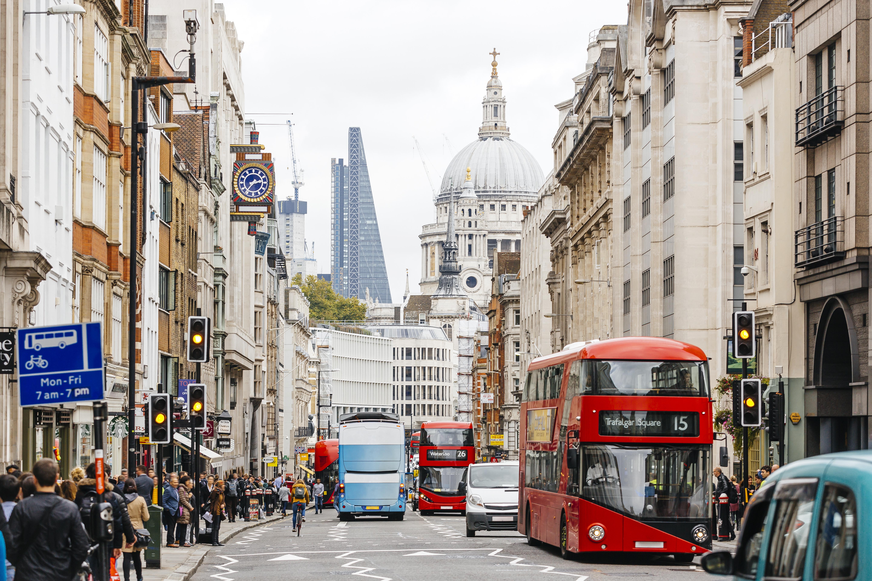La catedral de San Pablo de fondo en una calle de Londres.