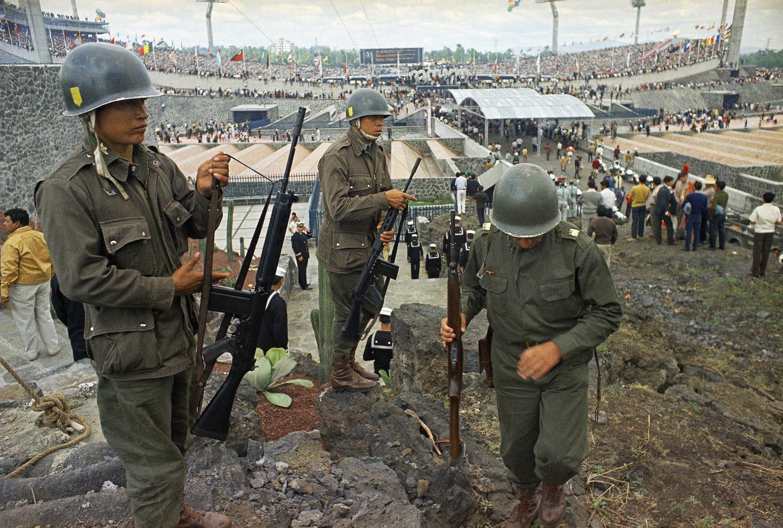 En esta foto de archivo del 12 de octubre de 1968, los soldados montan guardia para la ceremonia de inauguración...