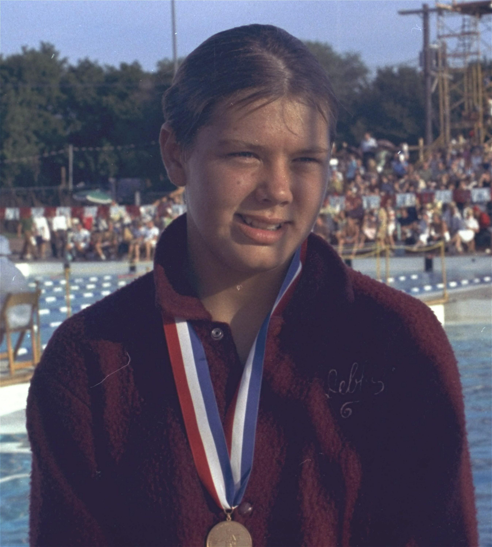 La nadadora olímpica de 16 años Debbie Meyer con su medalla de oro y una sonrisa. Fue la primera atleta...