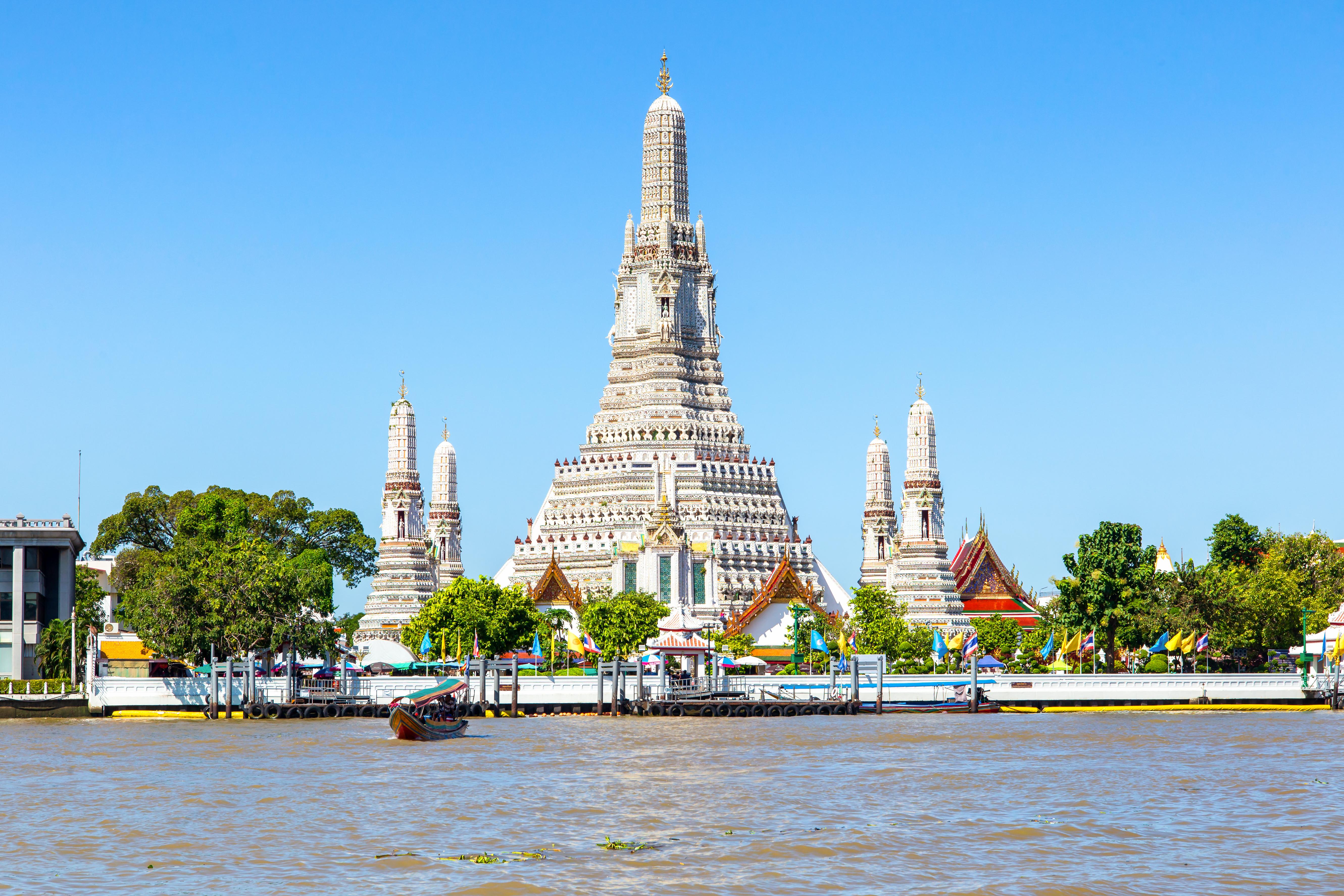 El río Chao Phraya, el más importante de Bangkok con el Templo Wat Arun de fondo.