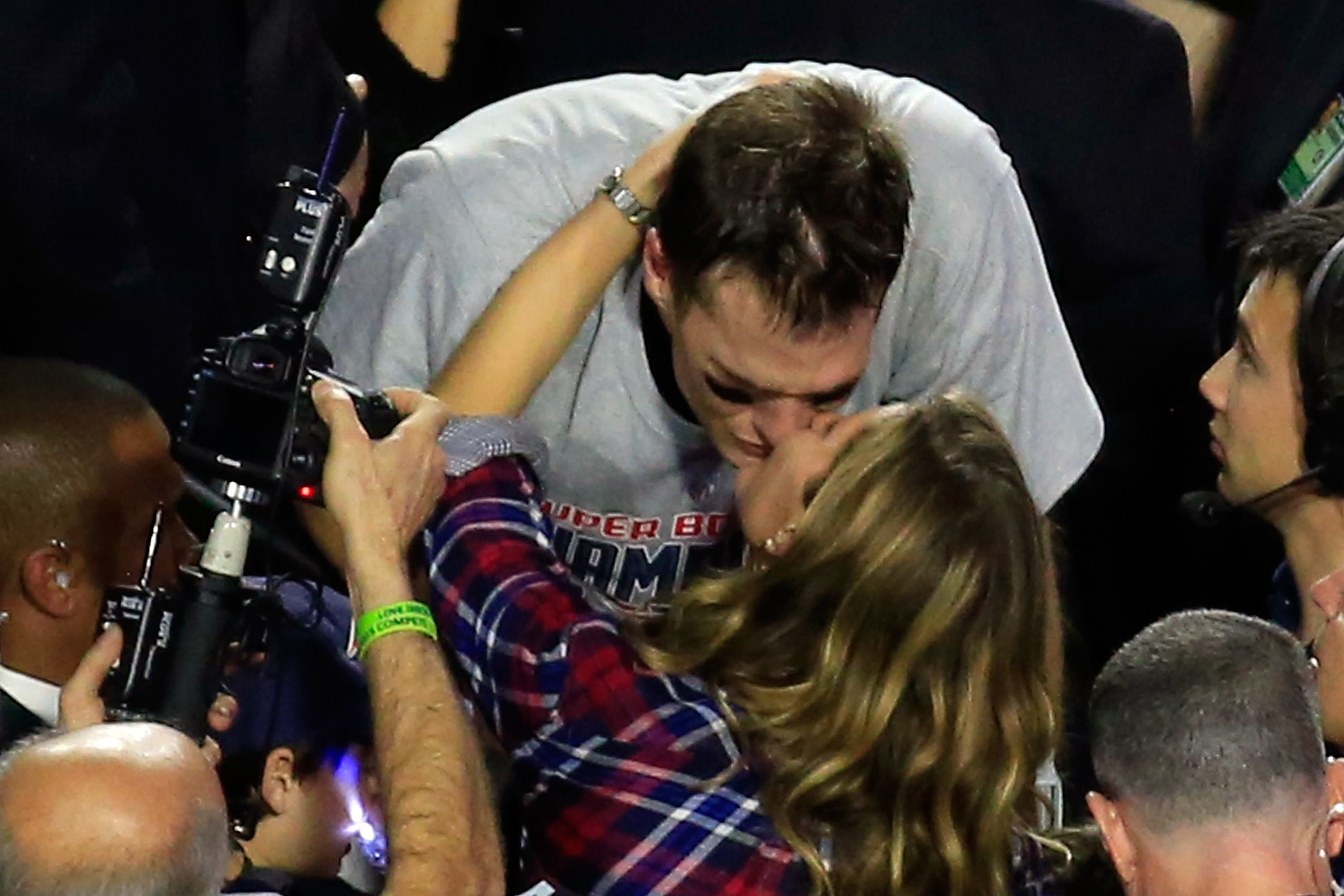 GLENDALE, AZ - FEBRUARY 01:  Tom Brady #12 of the New England Patriots kisses his wife Gisele Bundchen after defeating the Seattle Seahawks during Super Bowl XLIX at University of Phoenix Stadium on February 1, 2015 in Glendale, Arizona. The Patriots defeated the Seahawks 28-24.  (Photo by Jamie Squire/Getty Images)