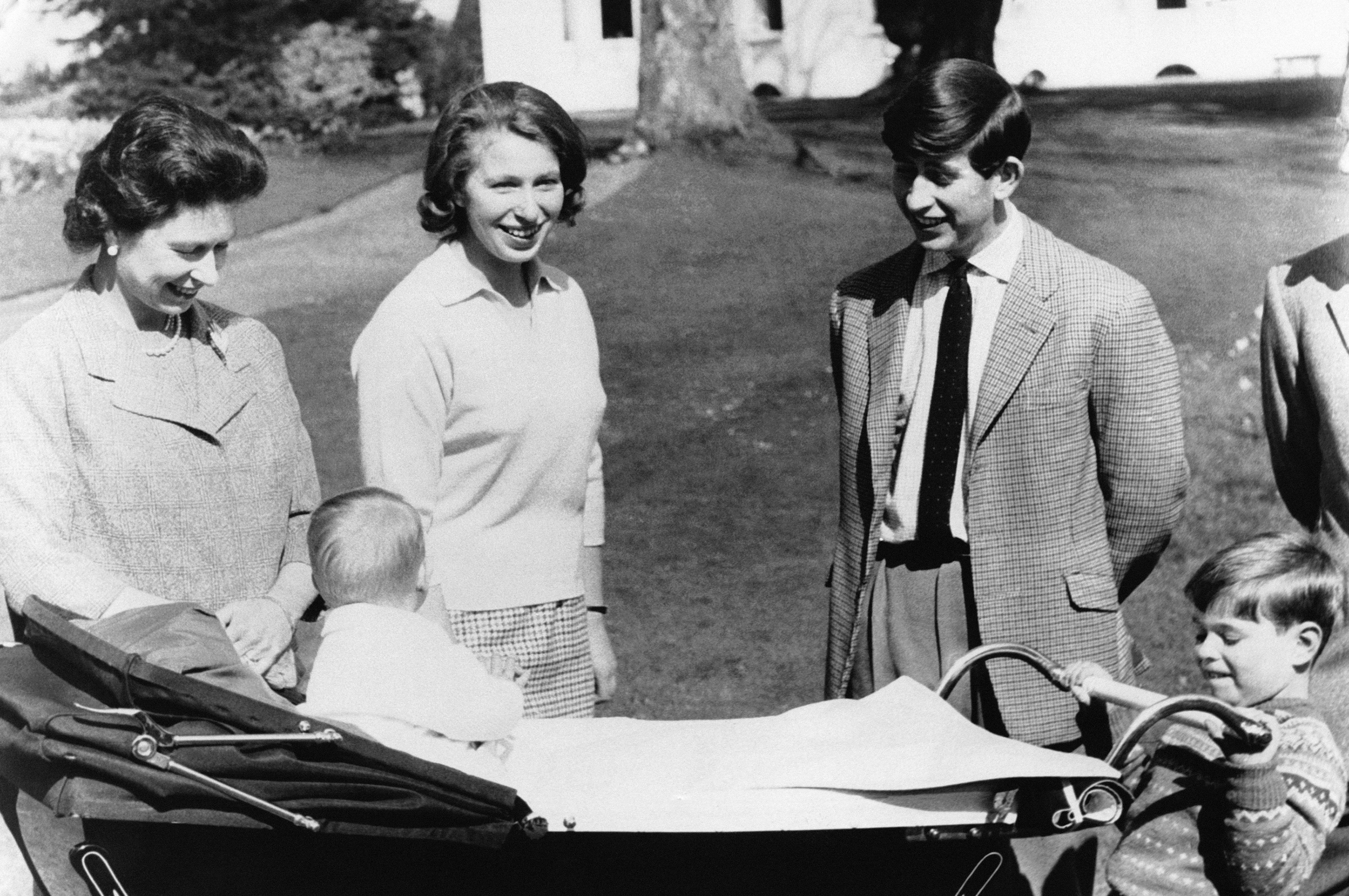 La Reine Elizabeth II à Frogmore, dans le parc du château de Windsor, en compagnie de ses quatre enfants la Princesse Anne et le Prince Charles, et letout jeune Prince Andrew tenant le landau de son petit frère, le bébé Prince Edward, le 19 avril 1965 à Windsor, Royaume-Uni.  (Photo by Keystone-France\Gamma-Rapho via Getty Images)