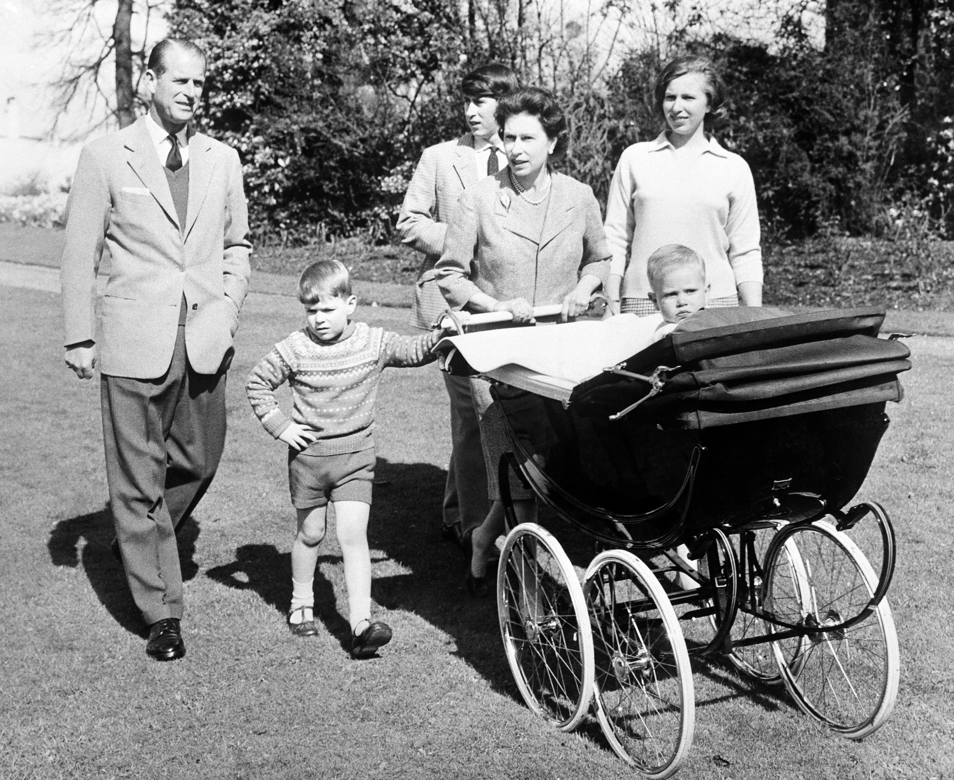 WINDSOR, ROYAUME-UNI - 14 AVRIL: La princesse Anne, la reine Elizabeth, les princes Andrew, Philip et Charles et le prince Edward dans son landau se promenant dans le parc du château de Windsor, Royaume-Uni le 14 avril 1965.  (Photo by Keystone-France\Gamma-Rapho via Getty Images)