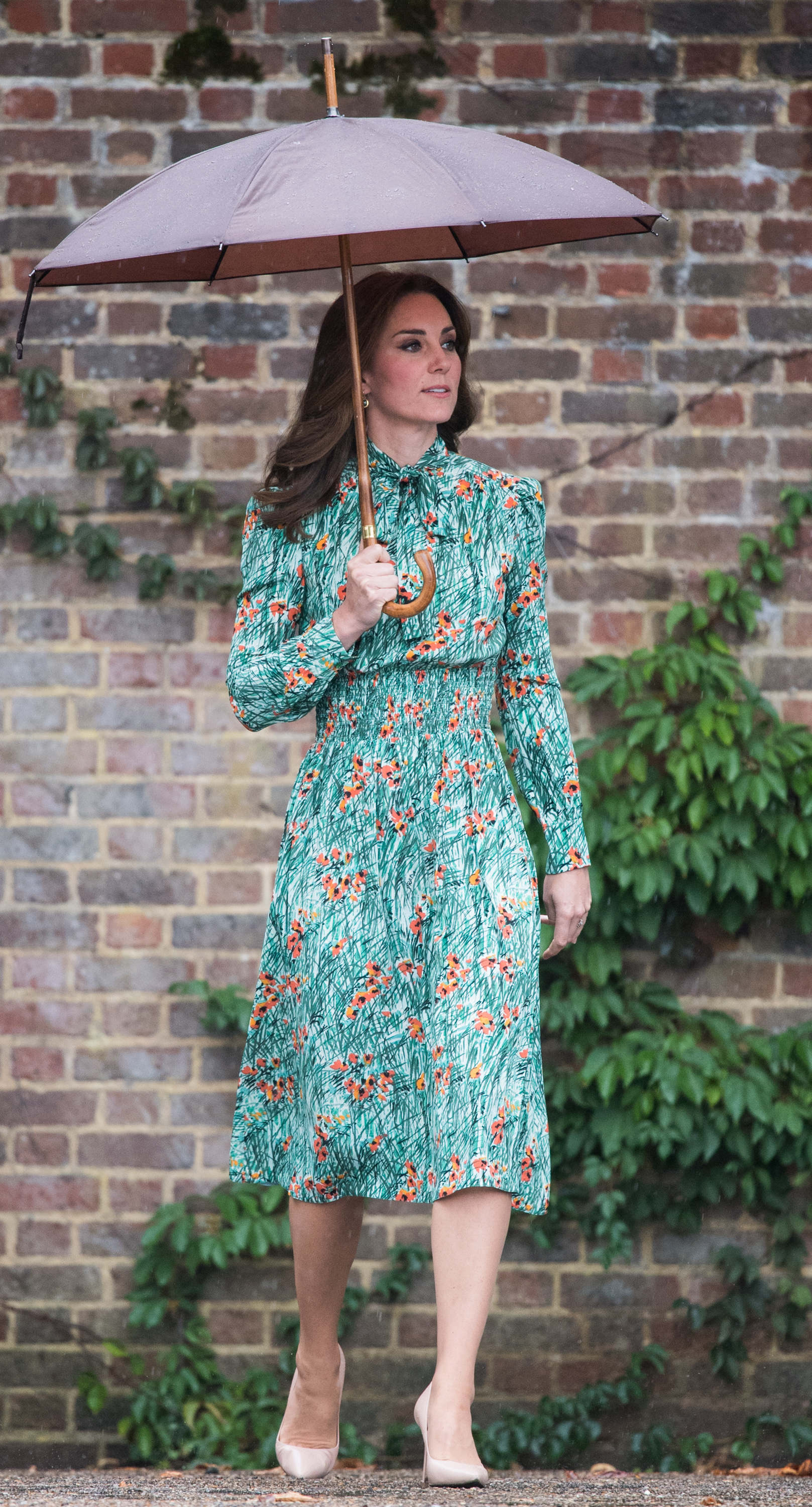 LONDON, ENGLAND - AUGUST 30:  Catherine, Duchess of Cambridge visits The Sunken Garden at Kensington Palace on August 30, 2017 in London, England.  The garden has been transformed into a White Garden dedicated in the memory of Princess Diana, mother of The Duke of Cambridge and Prince Harry.  (Photo by Samir Hussein/Samir Hussein/WireImage)