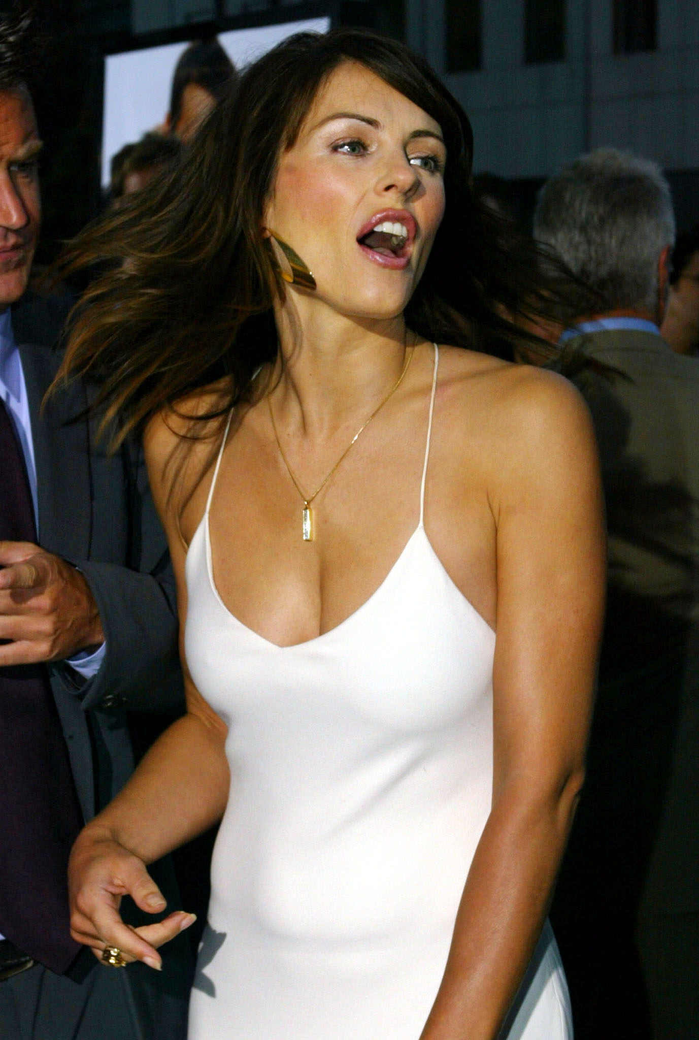 """British actress Elizabeth Hurley star of the new comedy film """"Serving Sara"""" acknowledge fans at the film's premiere August 20, 2002 in Beverly Hills. In the film Matthew Perry portrays a process server who is hired to serve legal papers to Hurley's character. The film opens August 23 in the United States. REUTERS/Fred Prouser  FSP"""
