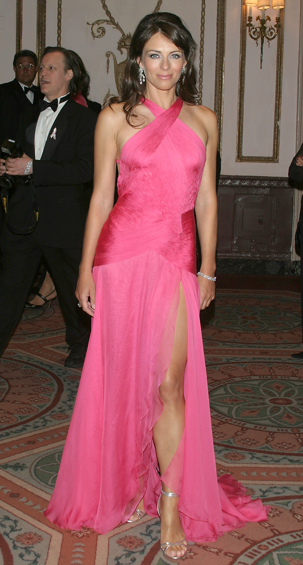 Actress Elizabeth Hurley arrives at the Breast Cancer Research Foundation's tenth anniversary 'Hot Pink Party,' in New York, April 26, 2004. REUTERS/Alex Oliveira  AF