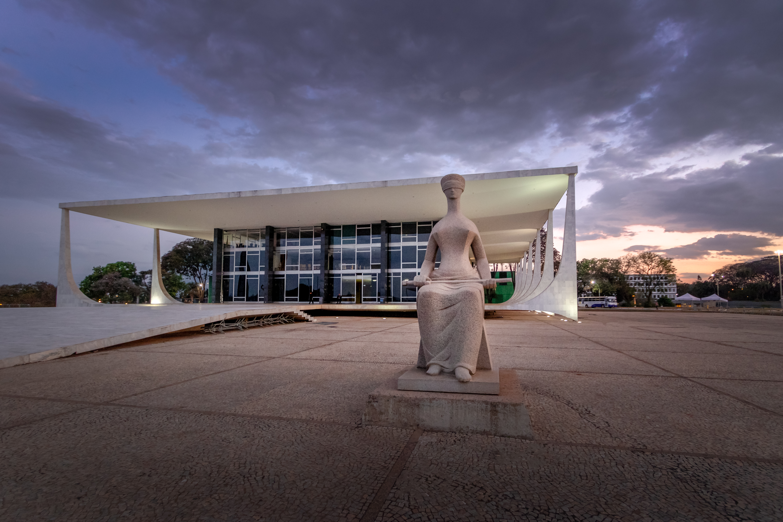 Foto da fachada do Supremo Tribunal Federal em Brasília com estátua da Justiça em primeiro plano.
