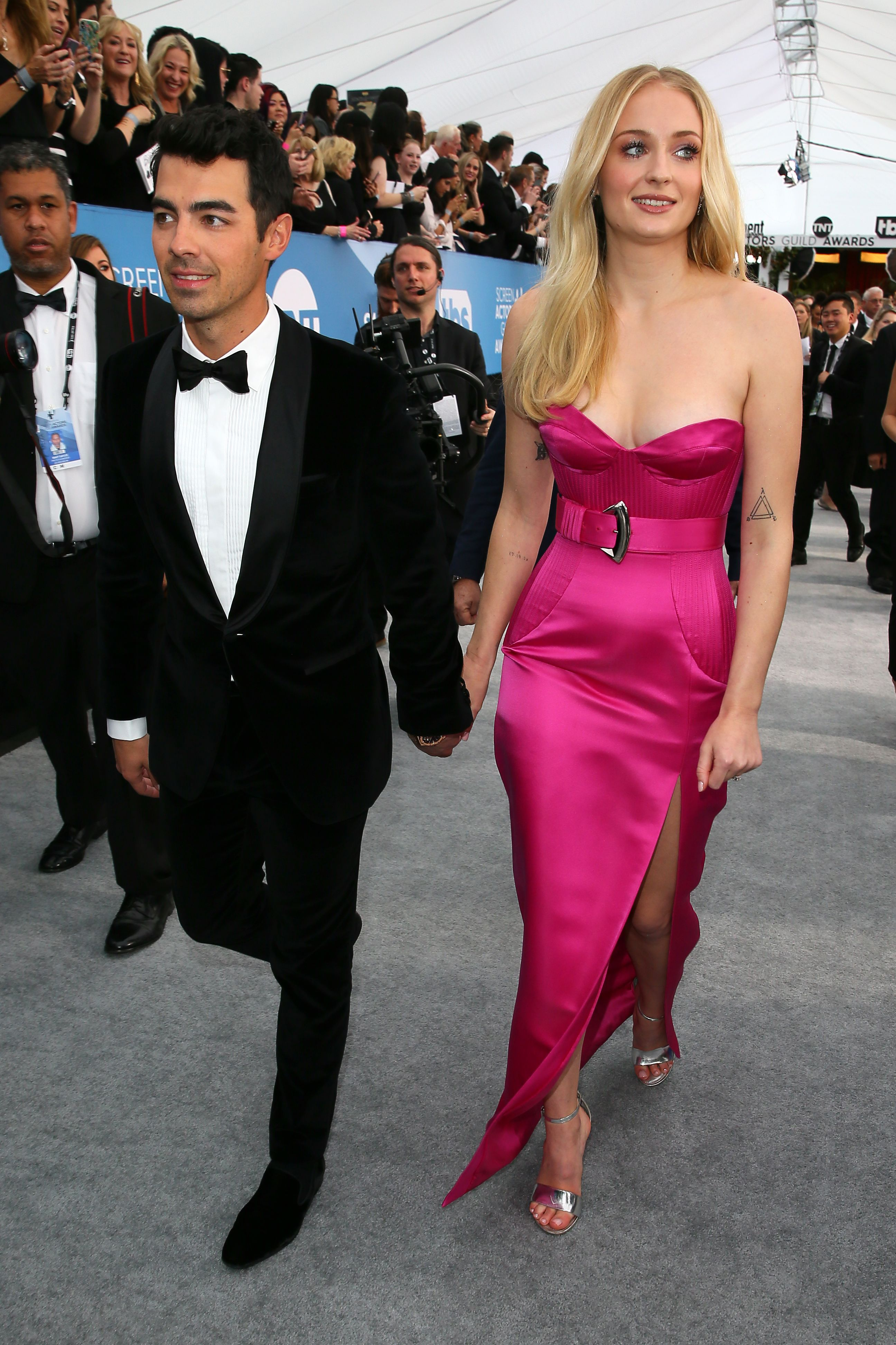 English actress Sophie Turner (R) and US musician Joe Jonas arrive for the 26th Annual Screen Actors Guild Awards at the Shrine Auditorium in Los Angeles on January 19, 2020. (Photo by Jean-Baptiste Lacroix / AFP) (Photo by JEAN-BAPTISTE LACROIX/AFP via Getty Images)