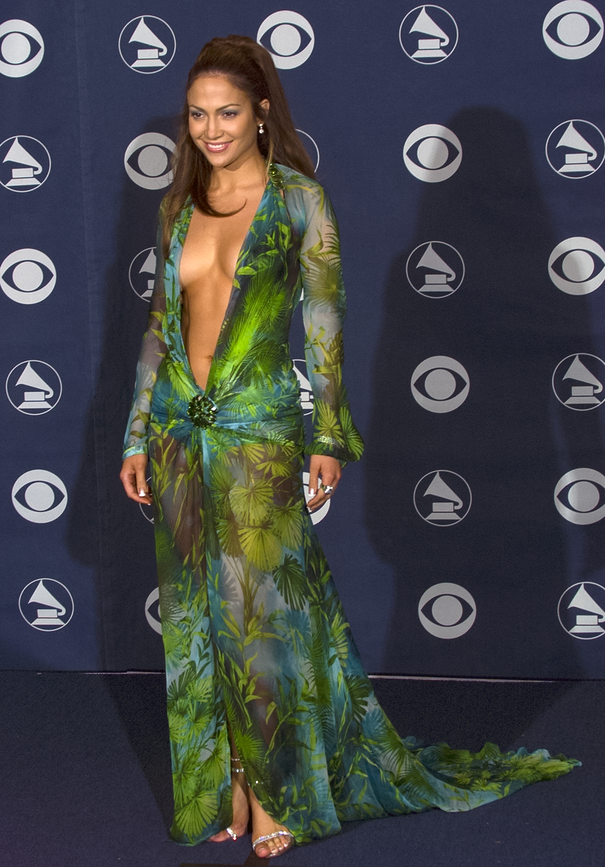 LOS ANGELES - FEBRUARY 23:  Singer Jennifer Lopez backstage at the 42nd Annual Grammy Awards, February 23, 2000 in Los Angeles, California. (Photo by Bob Riha, Jr./Getty Images)