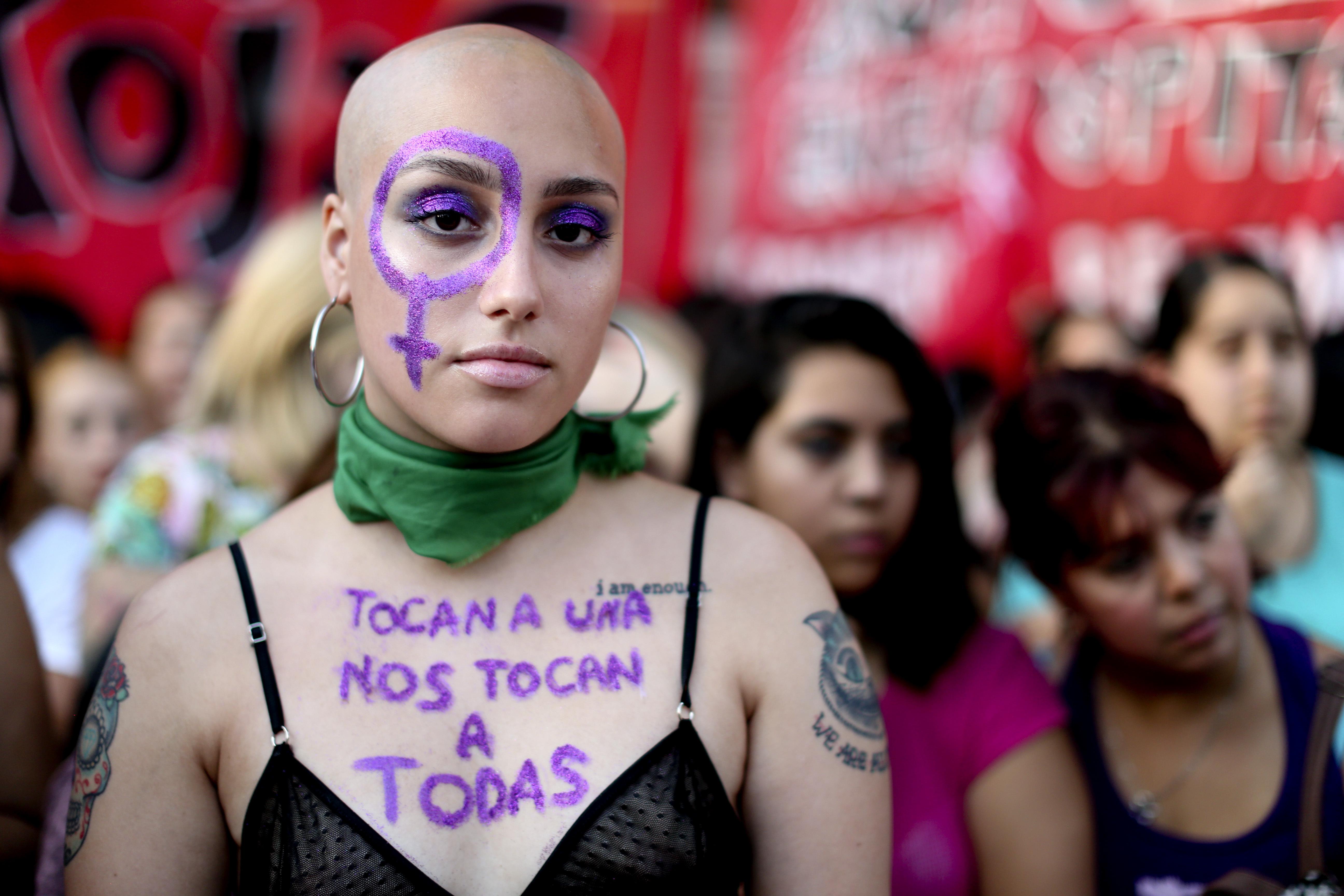 Una mujer protesta contra la violencia de género