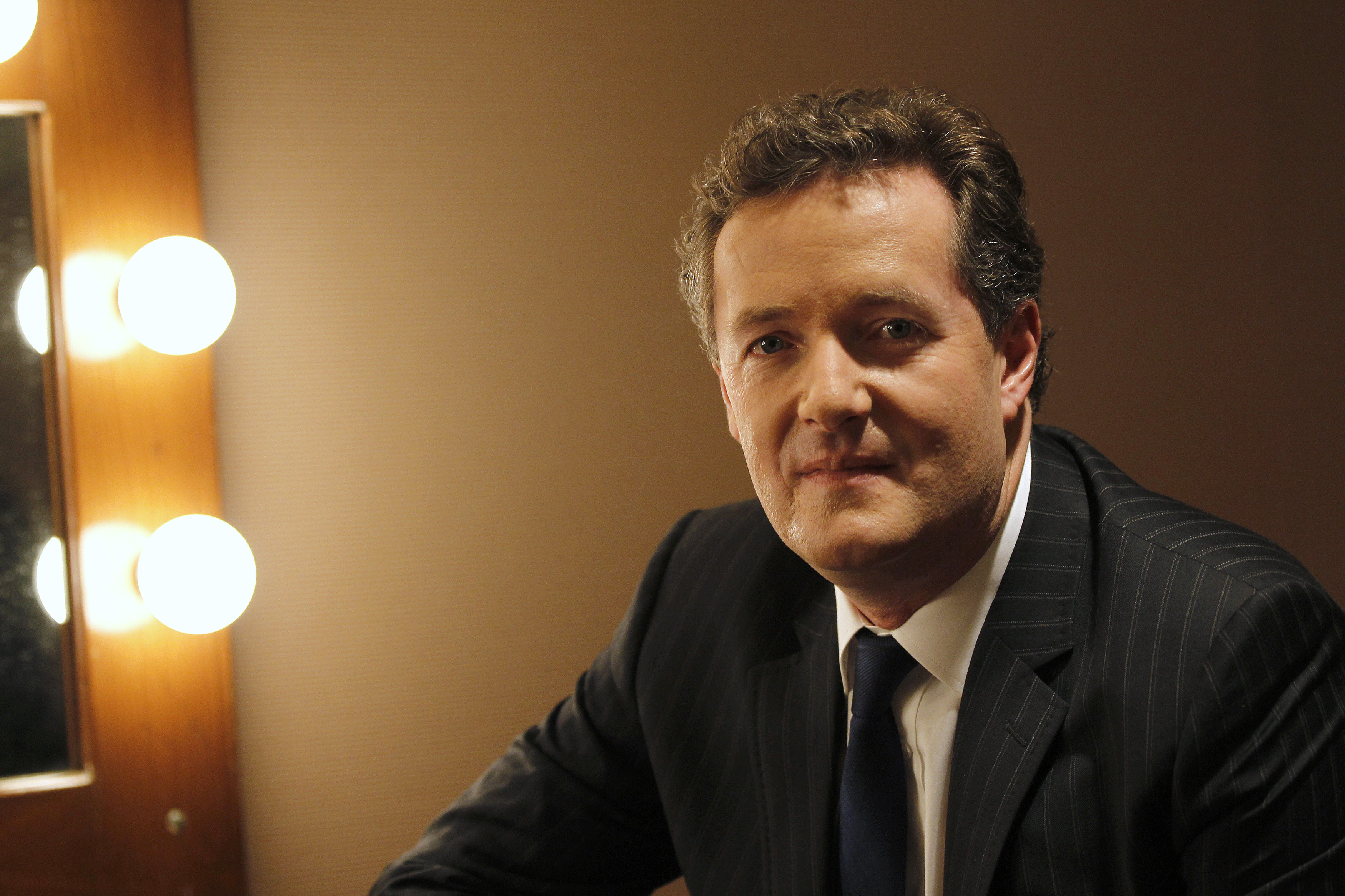 """Piers Morgan, host of """"Piers Morgan Tonight,"""" poses during the Turner Broadcasting Television Critics Association winter press tour in Pasadena, California January 6, 2011.  REUTERS/Mario Anzuoni (UNITED STATES - Tags: ENTERTAINMENT)"""
