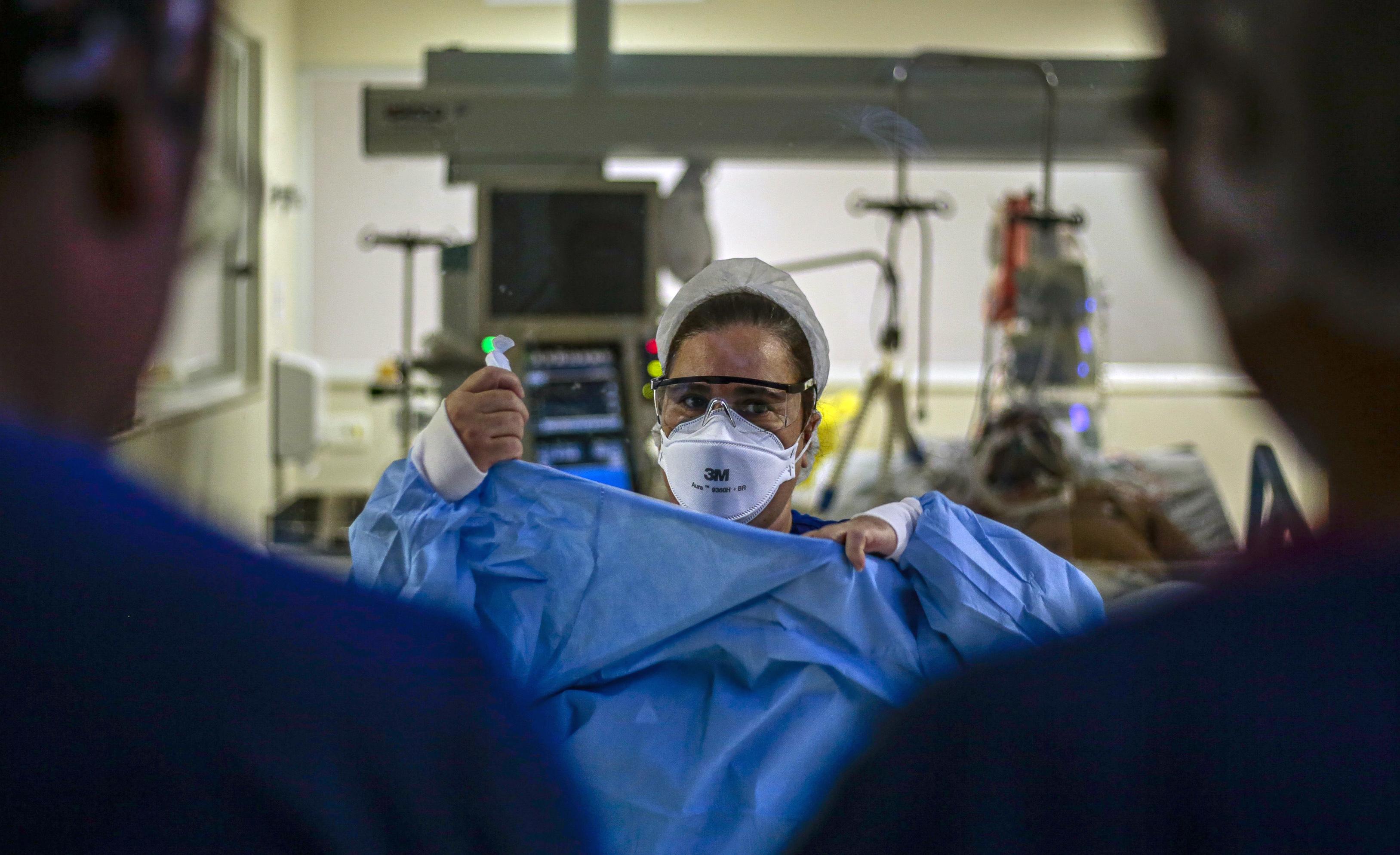 Profissional de saúde veste roupa cirúrgica dentro e uma instalação hospitalar
