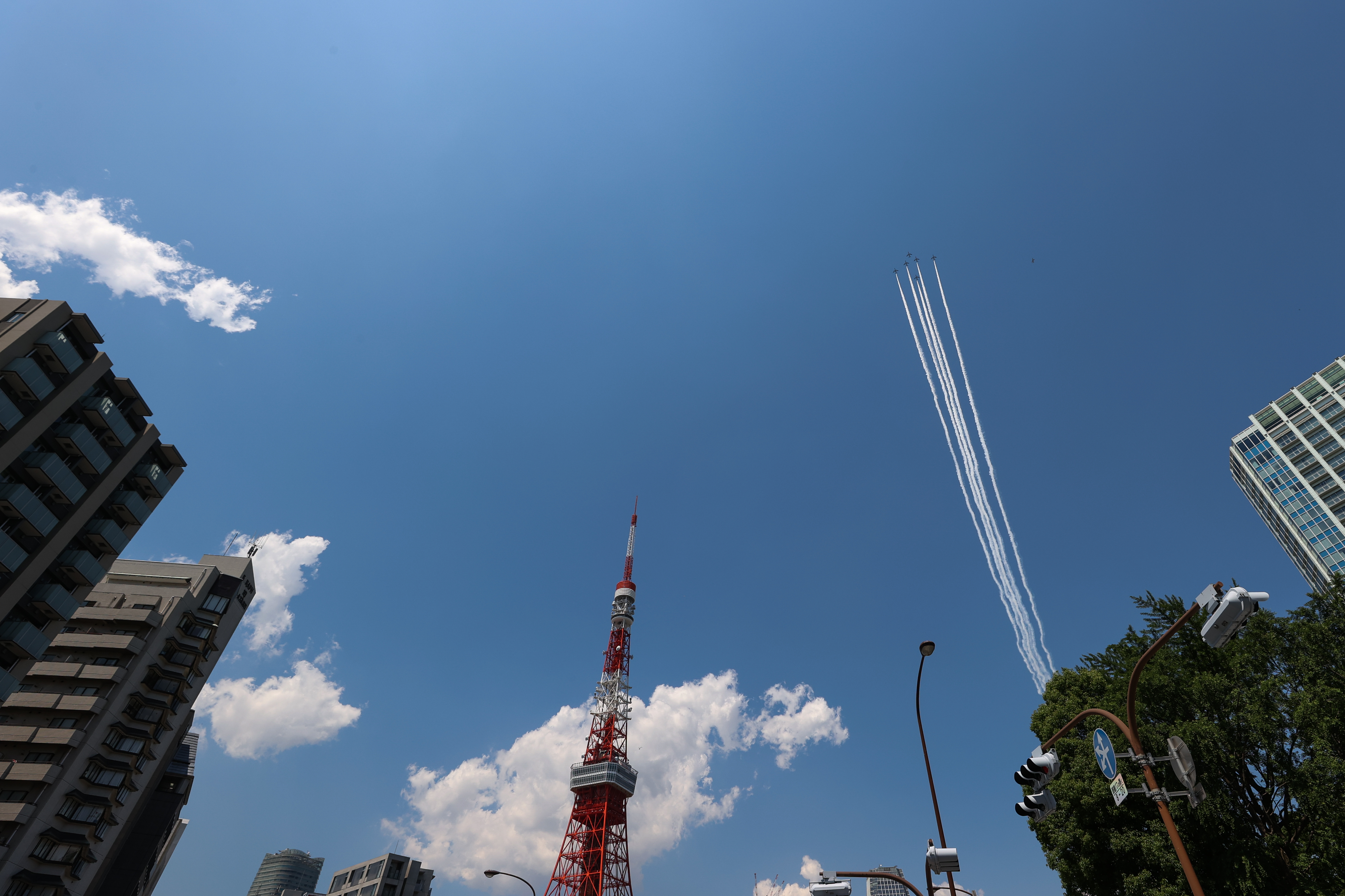 TOKYO, JAPAN - MAY 29: Aircrafts from Japan's Air Self-Defense Force's acrobatic flight team, known as Blue Impulse, fly over central Tokyo area on May 29, 2020 in Tokyo, Japan. Japan's Air Self-Defense Force's Blue Impulse aerobatics corps flew over Tokyo to show respect and gratitude towards medical workers dealing with the coronavirus pandemic. (Photo by Takashi Aoyama/Getty Images)
