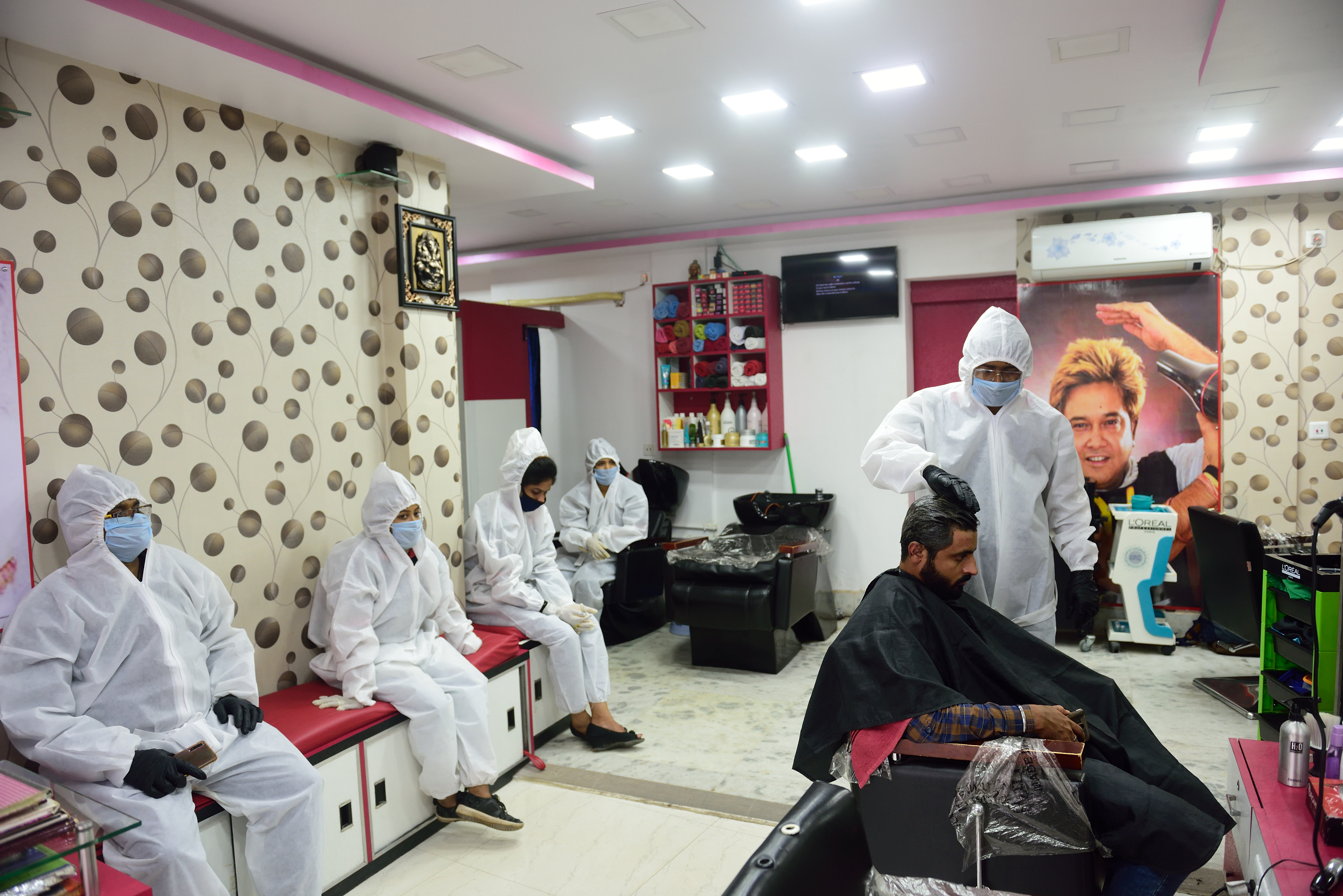 A hairdresser wearing protective gear as preventive measure cuts a client's hair amid coronavirus crisis. India today surpassed Italy to become the sixth heaviest country by the number of confirmed cases. (Photo by Sumit Sanyal / SOPA Images/Sipa USA)