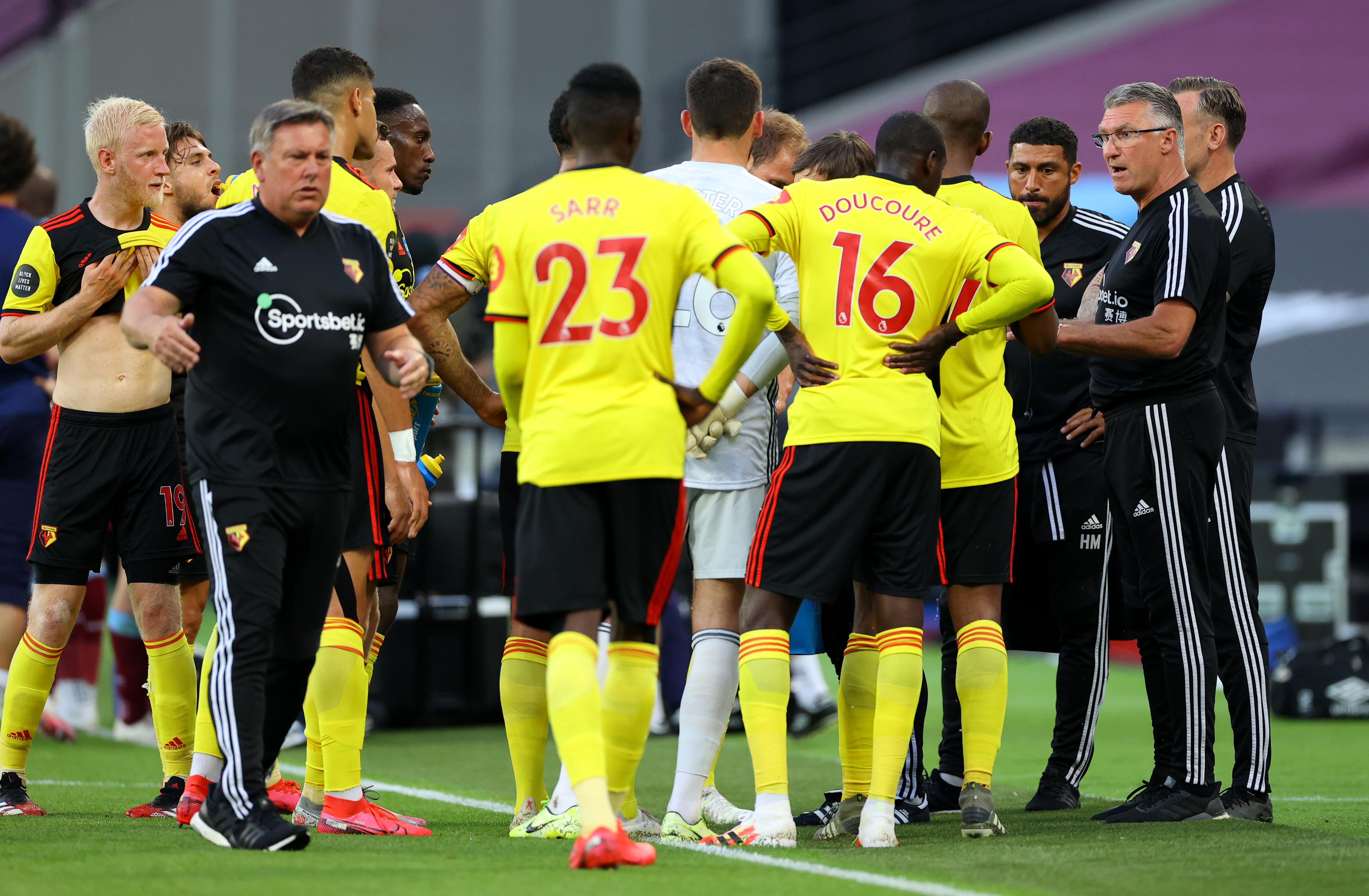 Watford manager Nigel Pearson (right) speaks to his team during a drinks break during the Premier League match at the London Stadium.