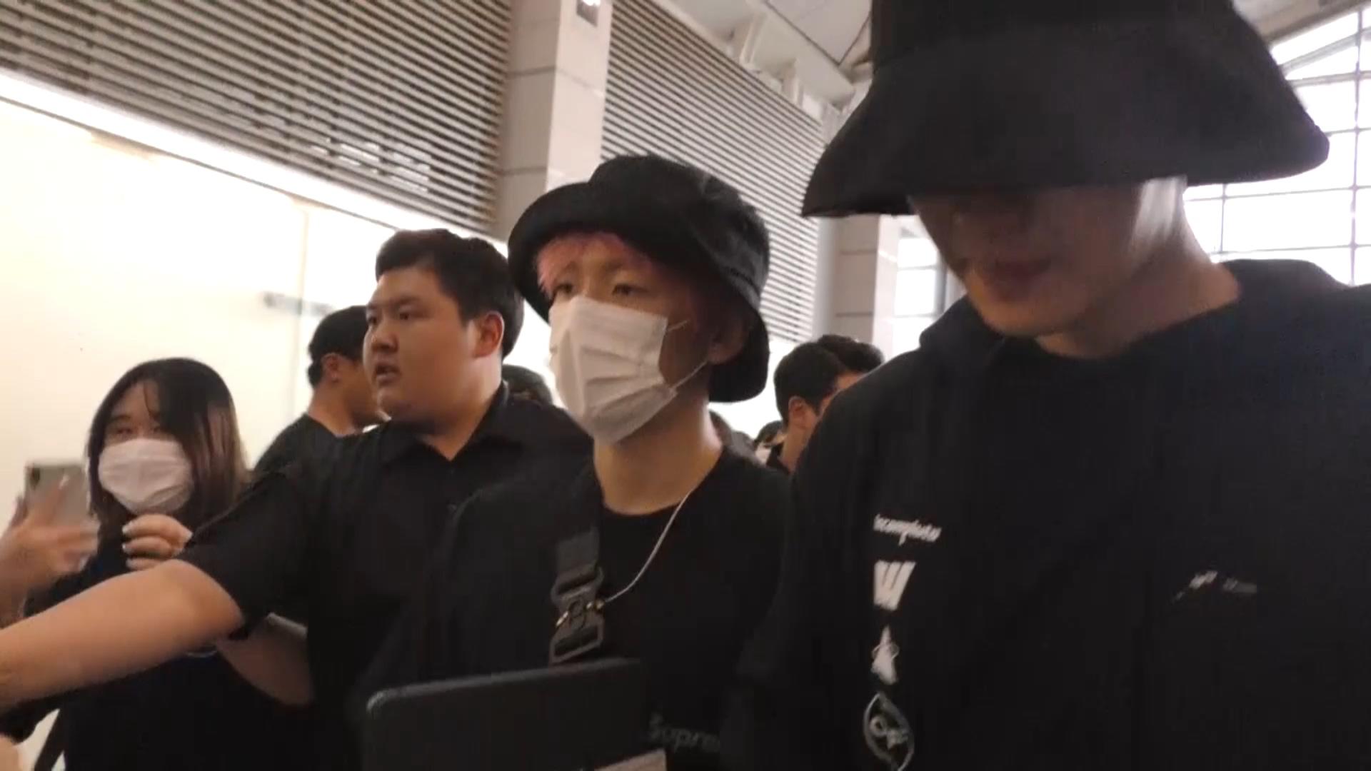 EXO世勳Kai機場穿情侶裝撞衫 現場混亂燦烈伯賢淡定聊天