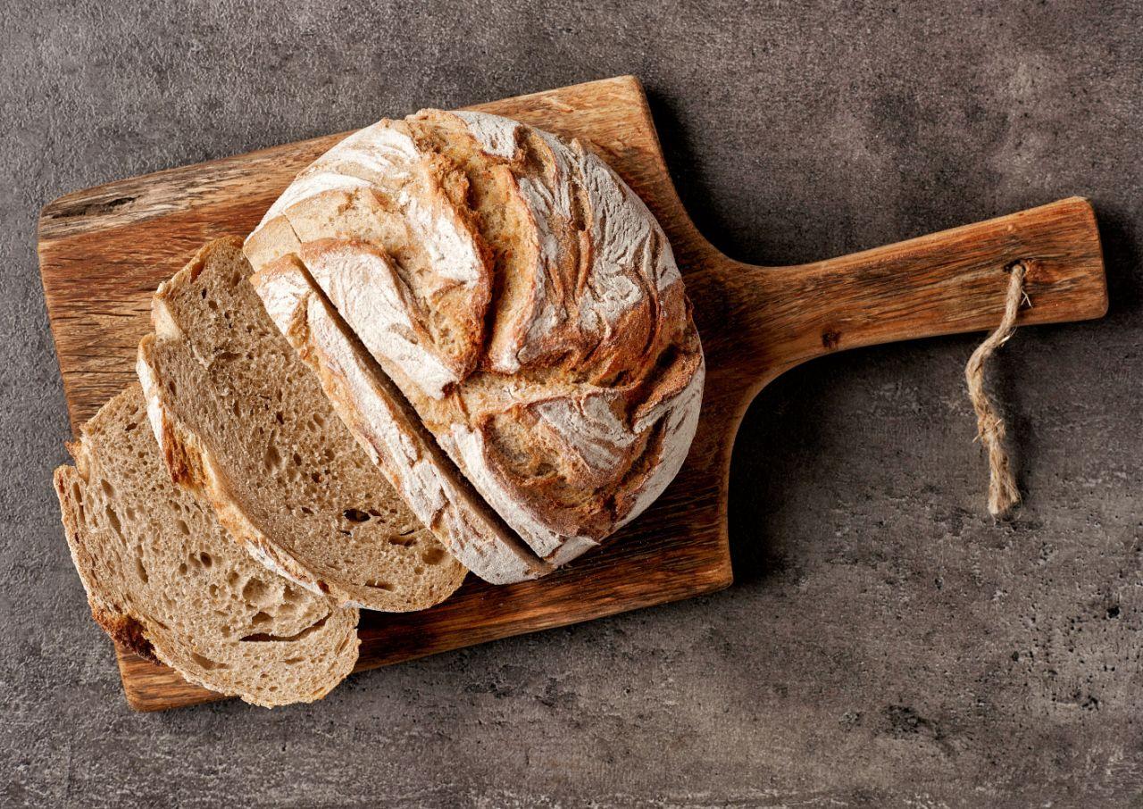 Bollo de pan casero sobre una tabla