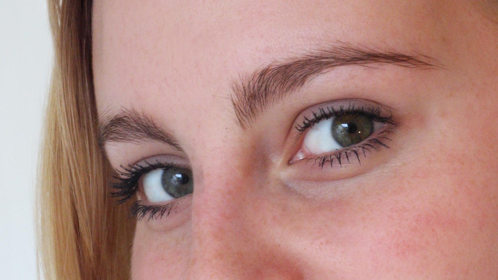 Aprenda a fazer uma solução natural para fortalecer as sobrancelhas