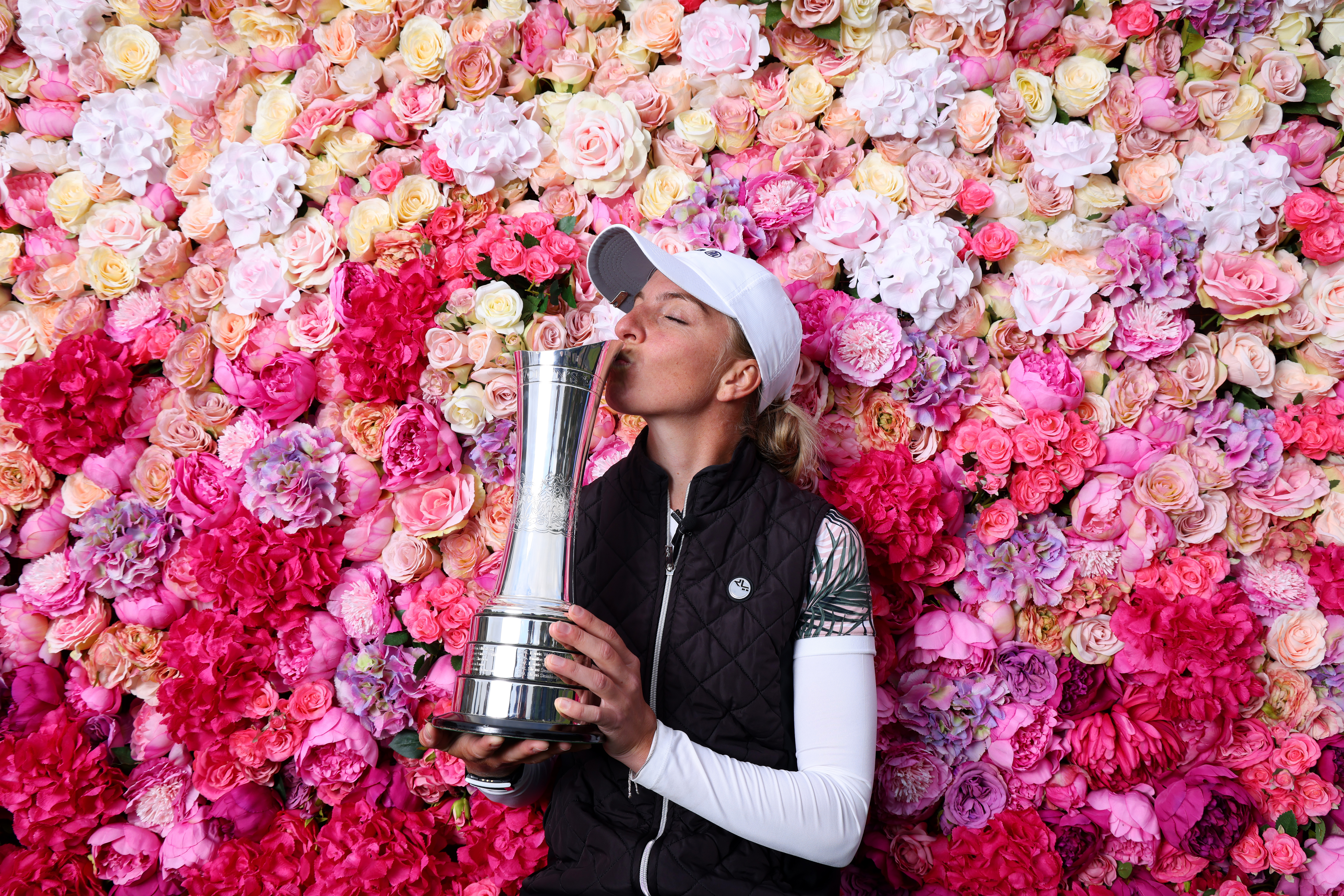 TROON, SCOTLAND - AUGUST 23: SophiaPopov of Germany kisses the trophy following victory in the final round on Day Four of the 2020 AIG Women's Open at Royal Troon on August 23, 2020 in Troon, Scotland. (Photo by Richard Heathcote/R&A/R&A via Getty Images)