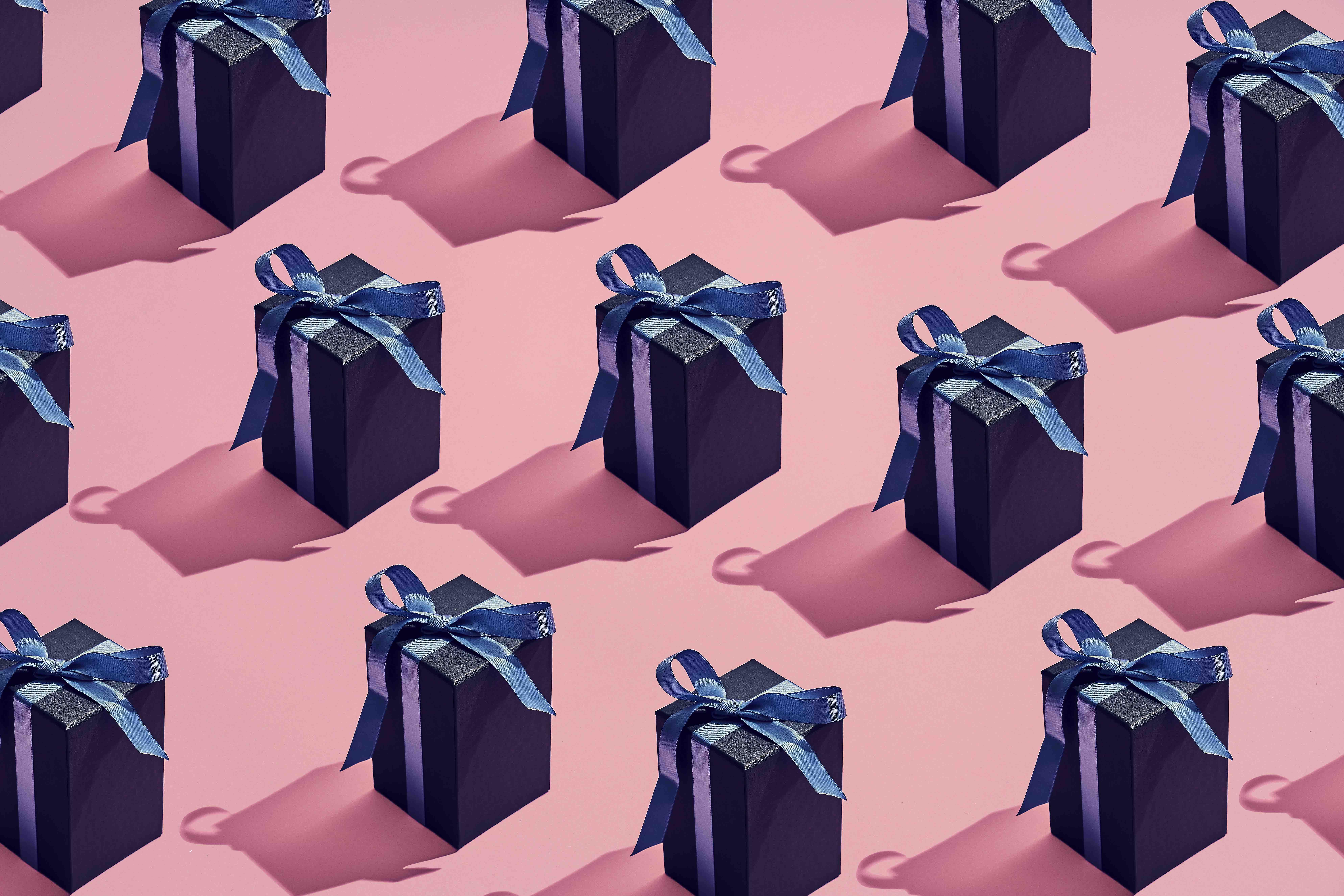 Caixas de presente escura com laço grande na parte superior da caixa. Página principal do Yahoo Shopping com ofertas, promoções, lançamentos e reviews de produtos.