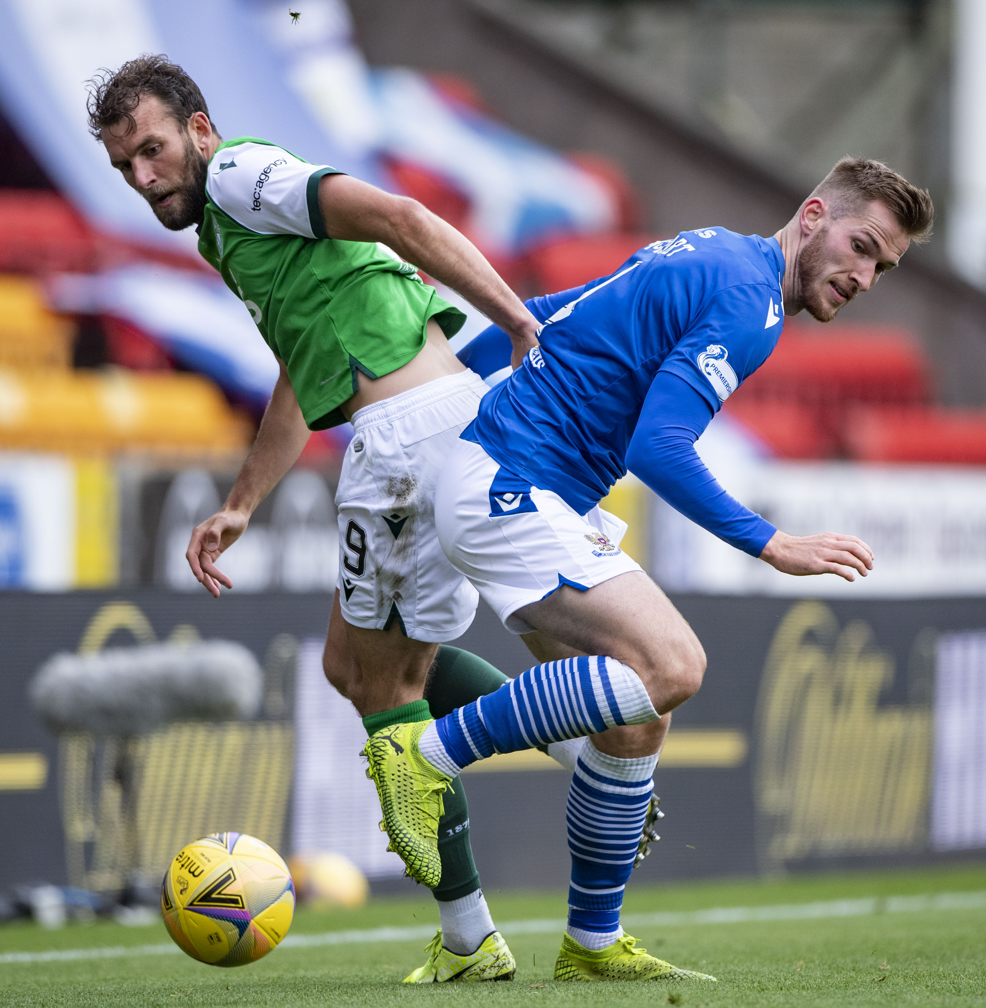PERTH, SCOTLAND - AUGUST 23: Hibernian's Christian Doidge (left) competes with Jamie McCart during the Scottish Premiership match between St Johnstone and Hibernian at McDiarmid Park, on August 23, 2020, in Perth, Scotland. (Photo by Bill Murray / SNS Group via Getty Images)