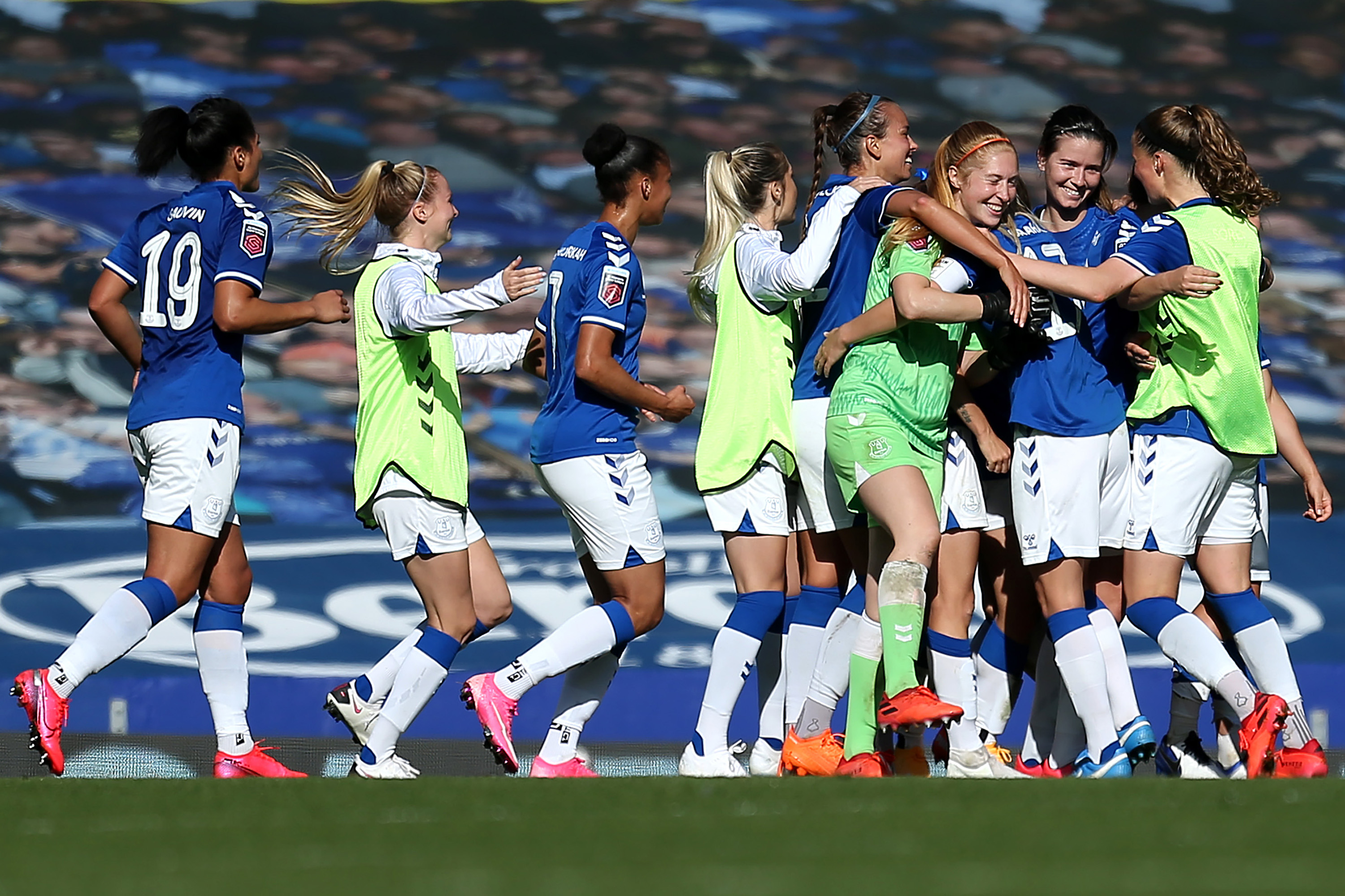 LIVERPOOL, ENGLAND - SEPTEMBER 27: Players of Everton celebrate at full time after victory in the Women's FA Cup Quarter Final match between Everton FC and Chelsea FC at Goodison Park on September 27, 2020 in Liverpool, England. Sporting stadiums around the UK remain under strict restrictions due to the Coronavirus Pandemic as Government social distancing laws prohibit fans inside venues resulting in games being played behind closed doors. (Photo by Lewis Storey/Getty Images)