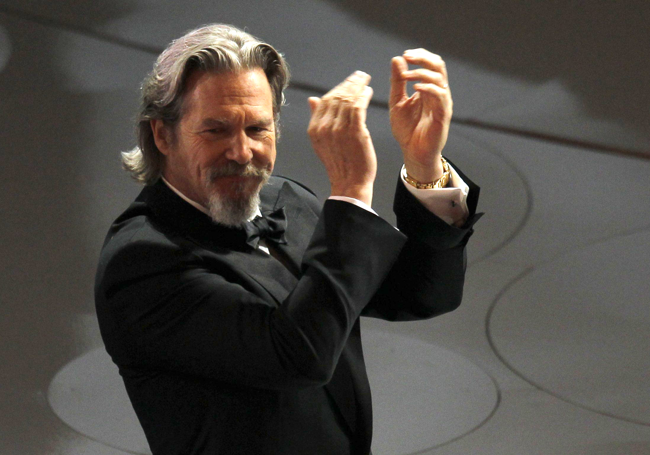 Actor Jeff Bridges applauds during the presentation of the Governors Awards during the 82nd Academy Awards in Hollywood March 7, 2010.   REUTERS/Gary Hershorn  (UNITED STATES)  (OSCARS-SHOW - Tags: ENTERTAINMENT)