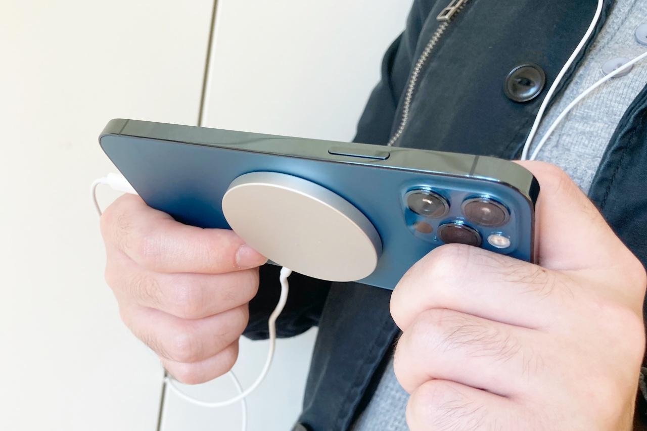 iPhone 12 を充電しながらイヤホンを挿せる。MagSafe充電器ミニレビュー - Engadget 日本版