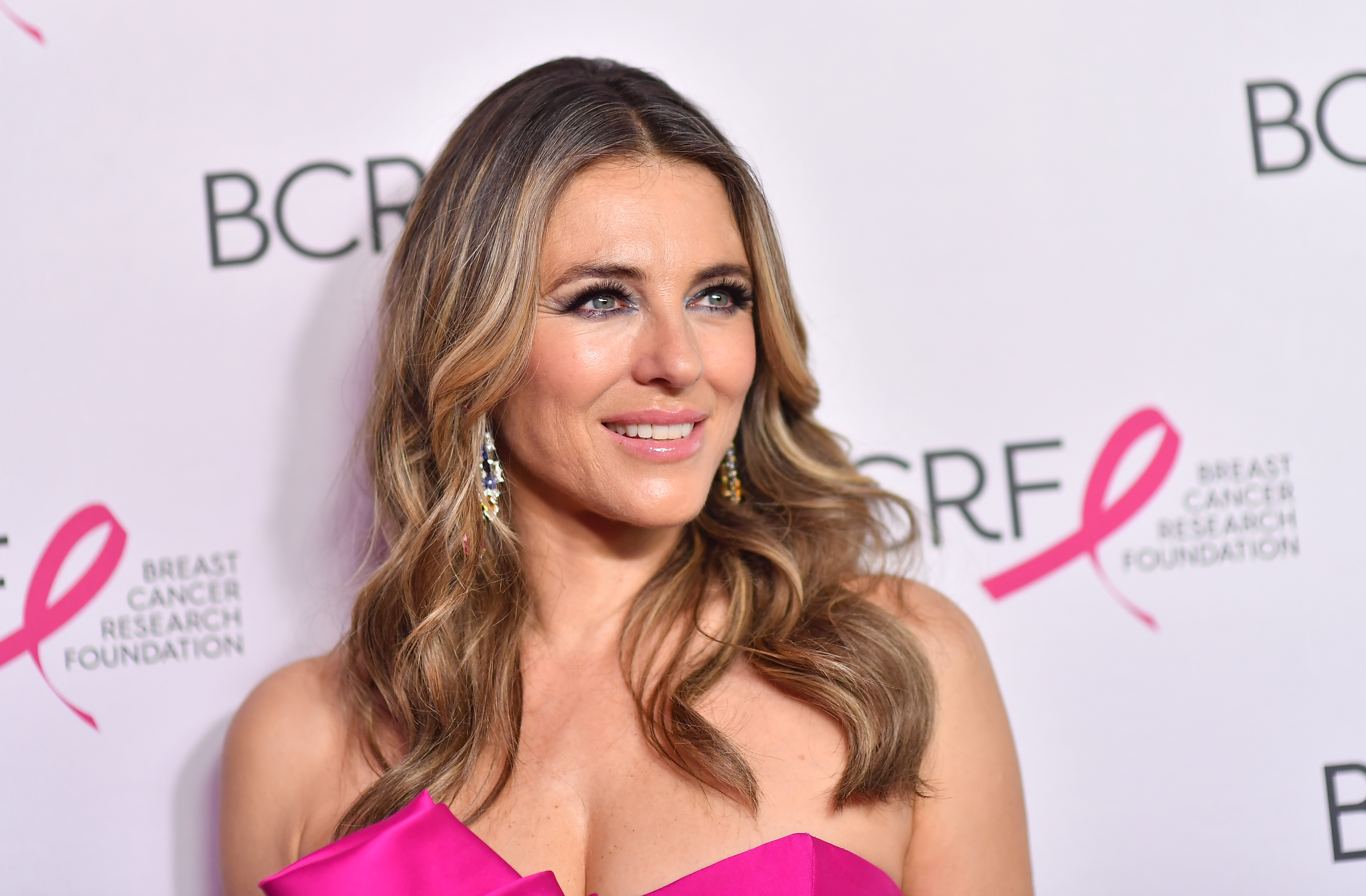 Elizabeth Hurley, 55, and her sister Kate are bikini babes. (Photo: ANGELA WEISS/AFP via Getty Images)