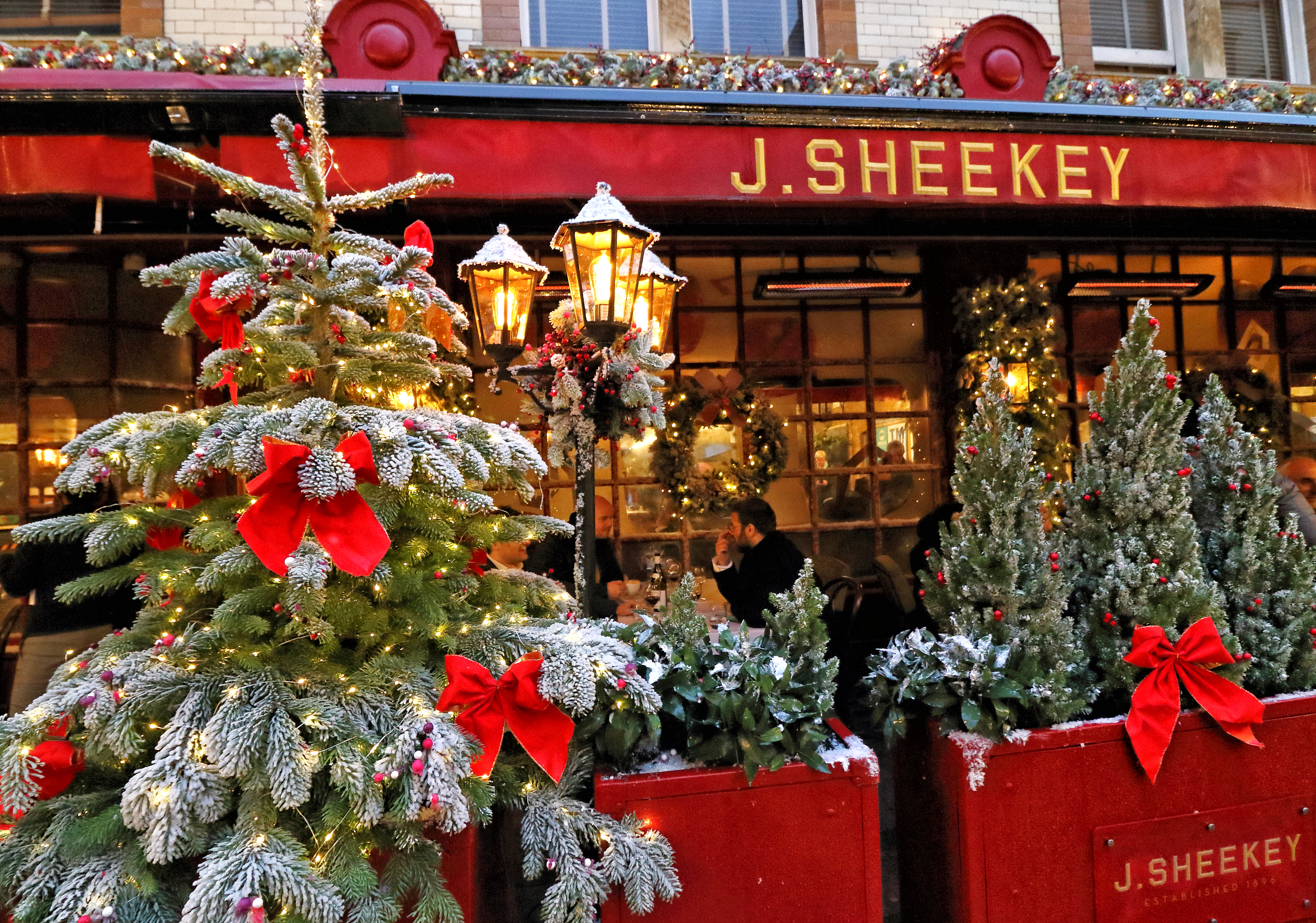 LONDON, UNITED KINGDOM - 2020/12/03: Dickensian theme to the decorations outside J Sheekey restaurant. Christmas Decorations around London as most retail and hospitality venues are open and looking forward to the rest of the festive season. (Photo by Keith Mayhew/SOPA Images/LightRocket via Getty Images)