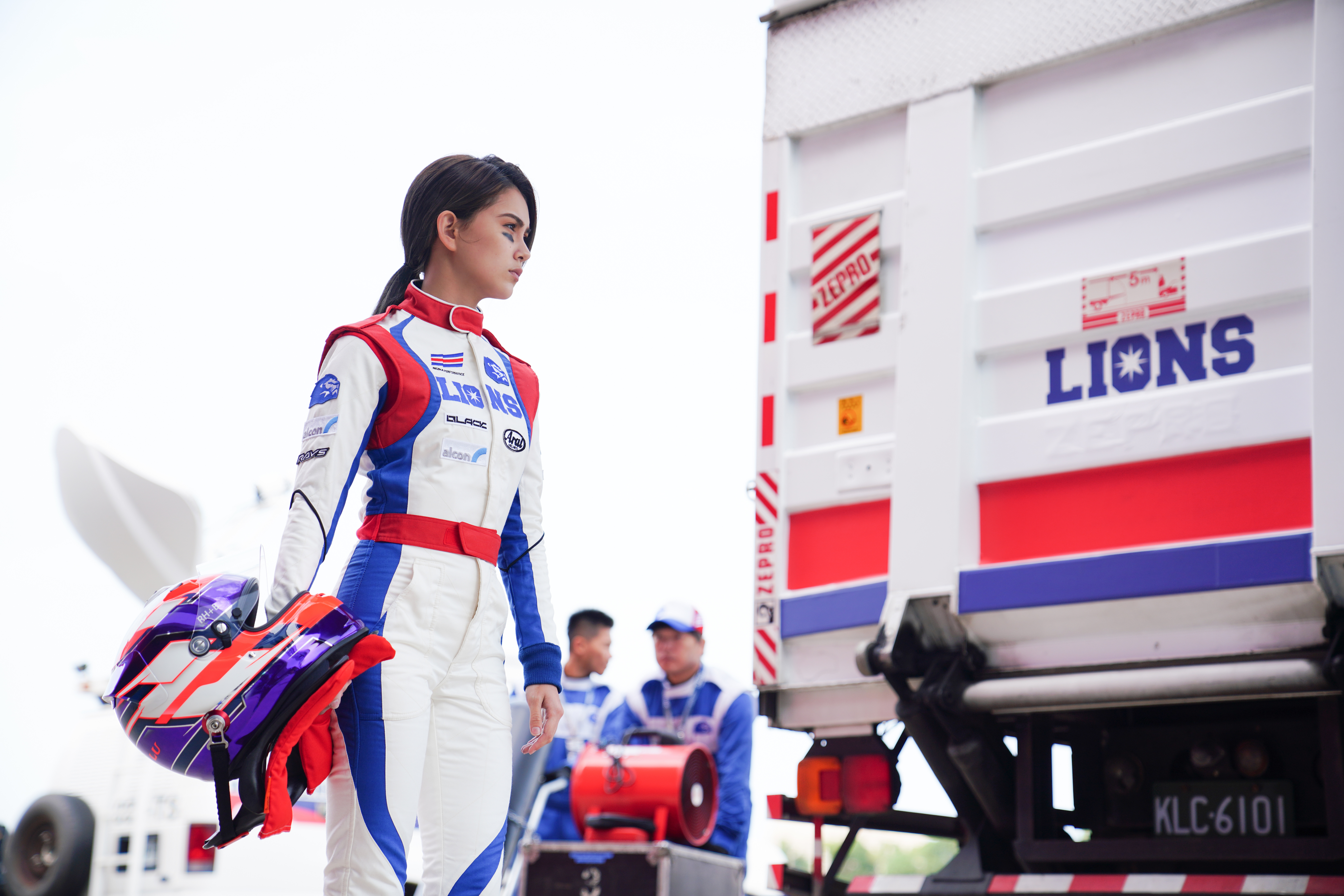 演員昆凌在電影《叱咤風雲》中飾演唯一的女賽車手。(創映電影、量能影業提供)