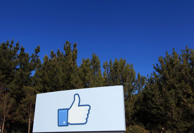 "A giant ""like"" icon made popular by Facebook is seen at the company's new headquarters in Menlo Park, California January 11, 2012. The 57-acre campus, which formerly housed Sun Microsystems, features open work spaces for nearly 2,000 employees on the one million square foot campus, with room for expansion. Picture taken January 11, 2012. REUTERS/Robert Galbraith  (UNITED STATES - Tags: SCIENCE TECHNOLOGY MEDIA TPX IMAGES OF THE DAY) - GM1E81D0BPN01"