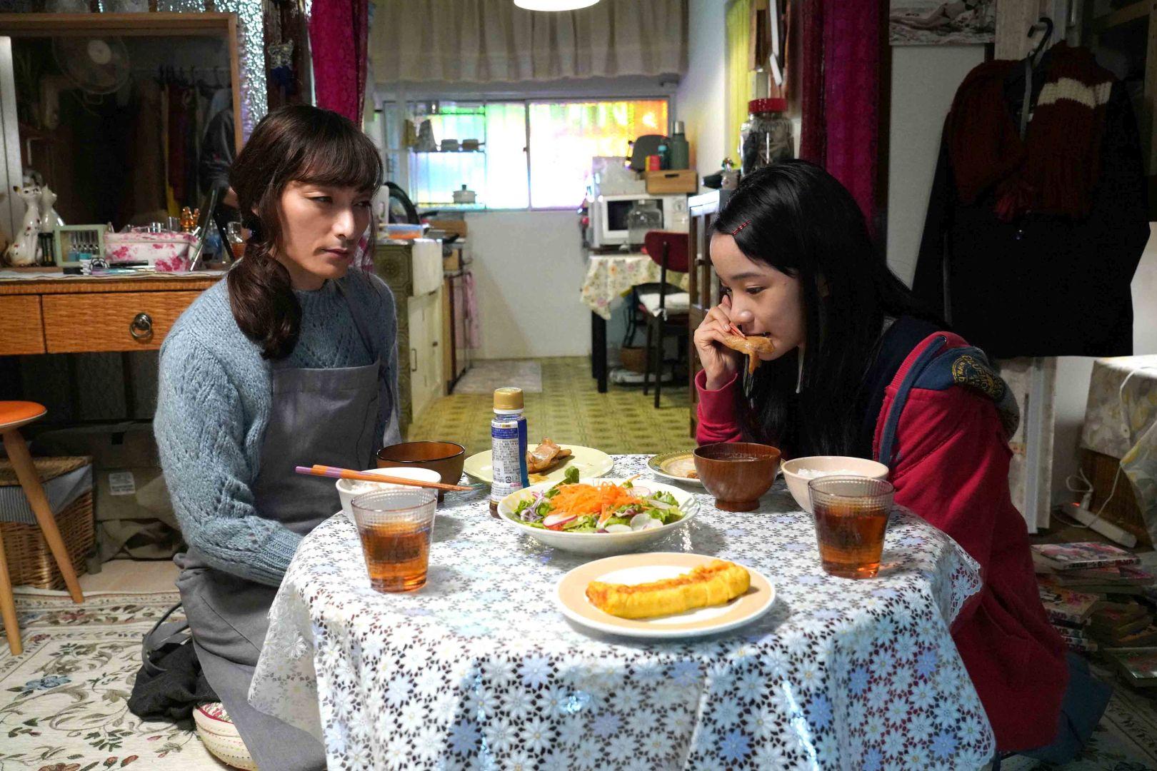 草彅刚(左)在片中母爱大爆发,每天下班后回到家,立刻穿上围裙细心为女儿张罗晚餐