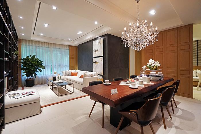 客廳寬敞大器,採用簡約色系動線規劃流暢。