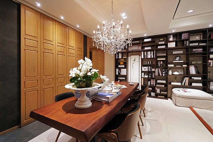 餐廳擺設深木色餐桌與典雅燈飾,穩重優雅。