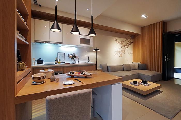 牆面上淡色枝葉翦影,為空間增添優雅氣息。