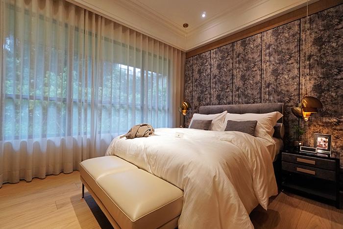 舒緩簡約、而又具復古品味的特色主臥空間。