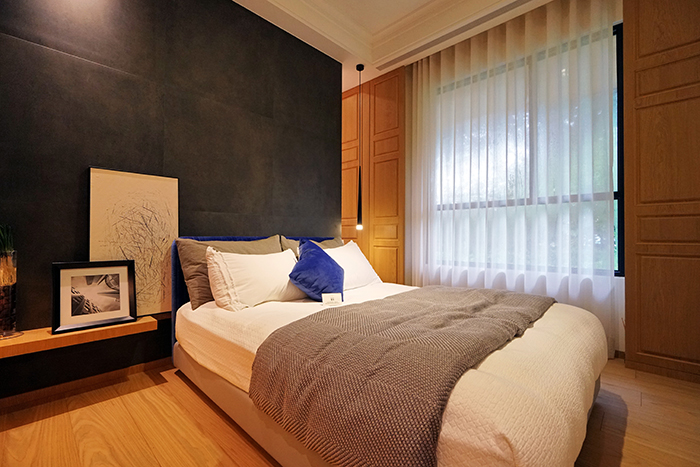 深色牆面可讓臥室的氛圍沉穩,頗具療癒感。