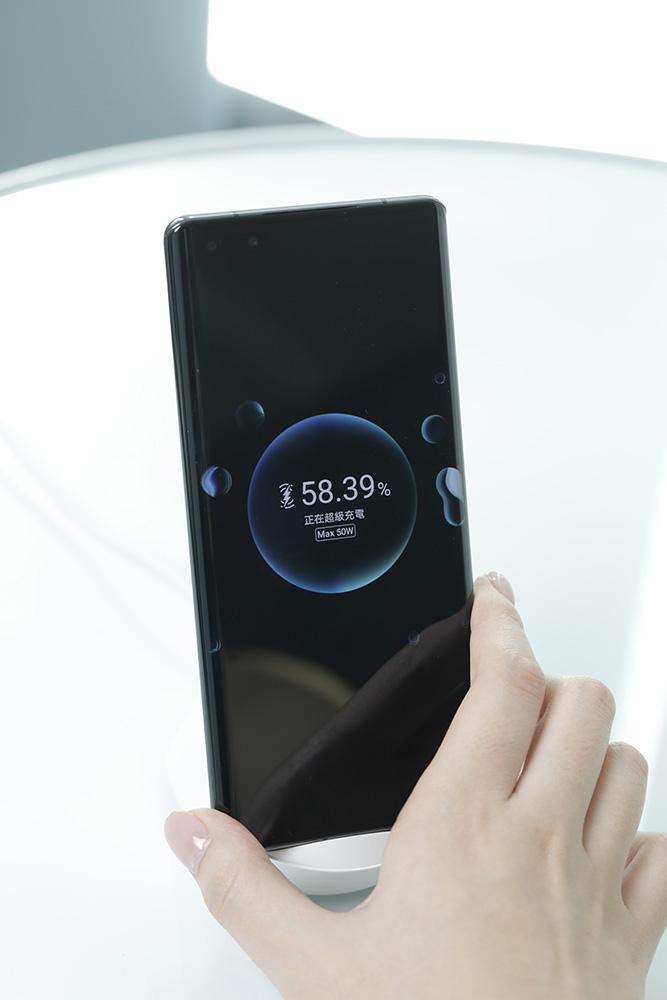 4400mAh 高容量電池配合 HUAWEI Wireless SuperCharge 無線超級充電,確保用家可以輕鬆擺脫電力不足痛點。