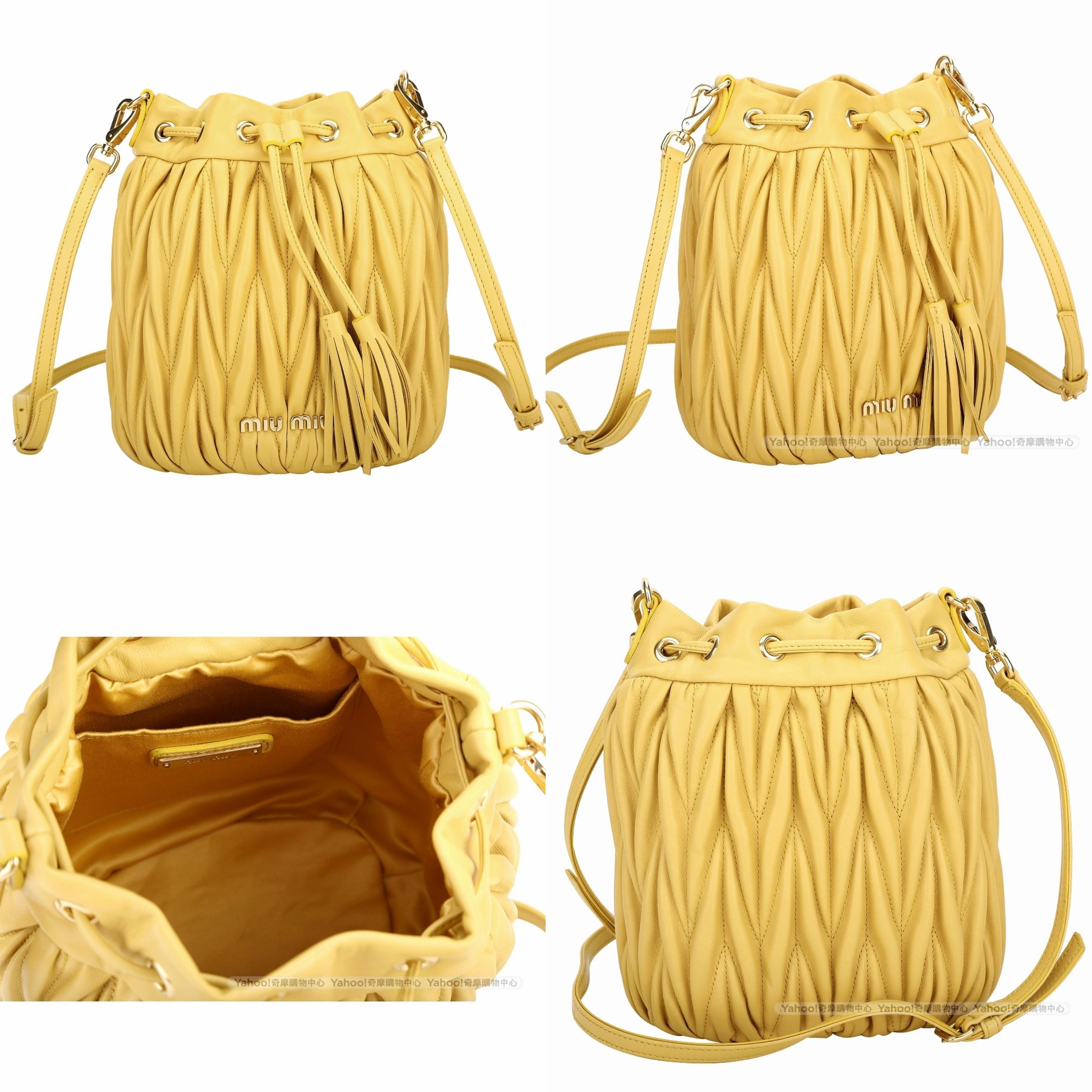 miu miu Matelasse 抓皺納帕皮革束口斜背水桶包(黃色) 經典時尚的皺摺設計與奢華的絕佳氣質,精采演譯出高貴優雅的迷人魅力