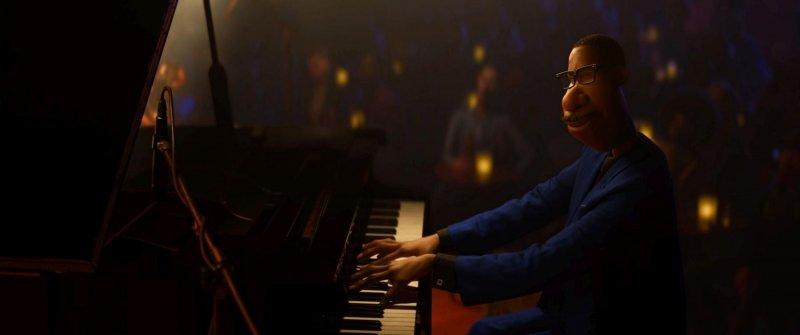 (图一)乔享受着弹钢琴的时刻