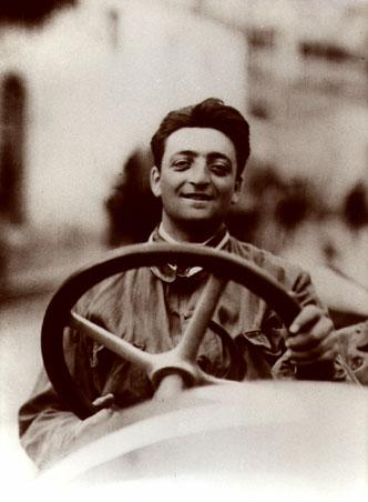 1920年代被拍攝的Enzo Ferrari