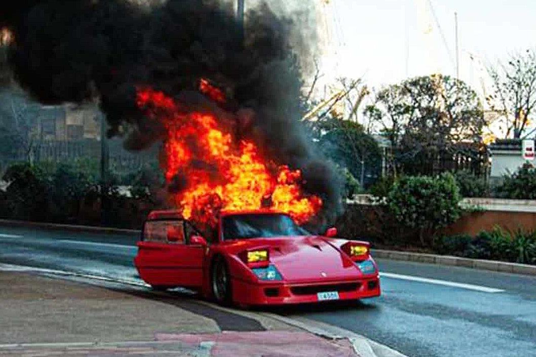 一輛駕駛不當導致燒毀的 Ferrari F40