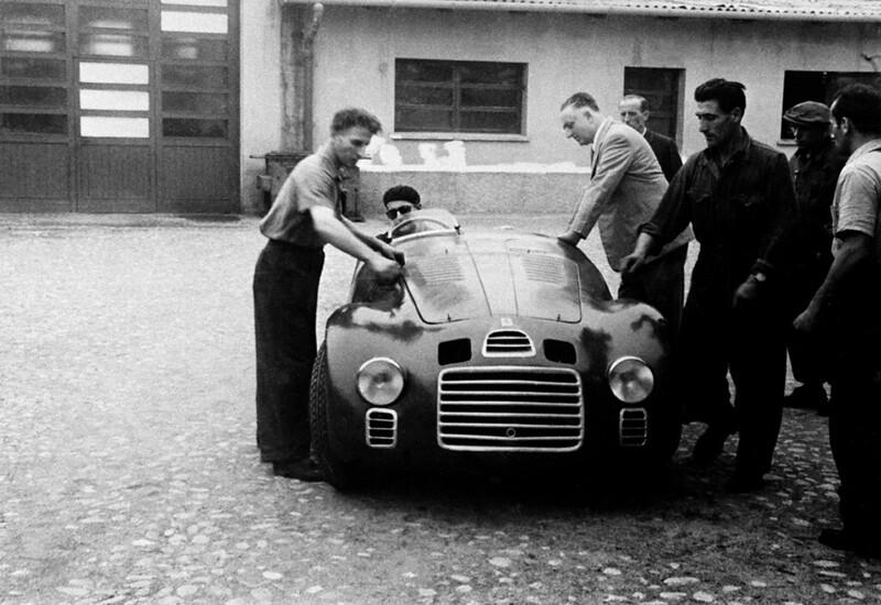 當年125S的上市發表,Enzo Ferrari選擇讓他直接上賽道曝光