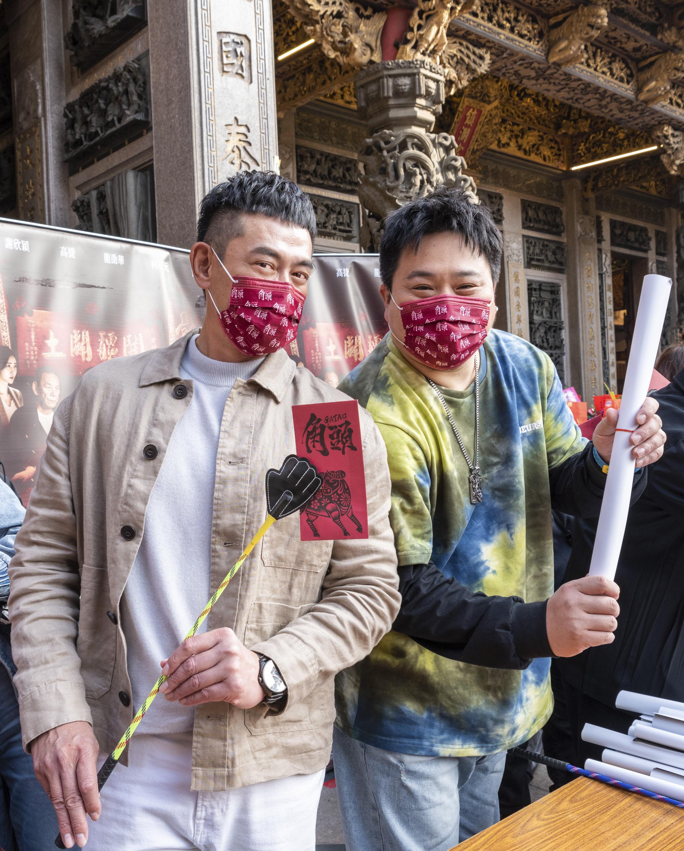 (左)柯叔元、(右)吳震亞鎮瀾宮發送一元紅包滿心歡喜