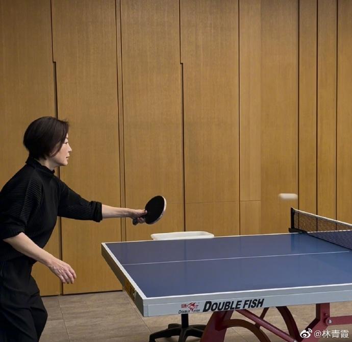 凍齡女神林青霞在社群曬出用左手打桌球的照片,果然姿勢、氣勢都不輸專業