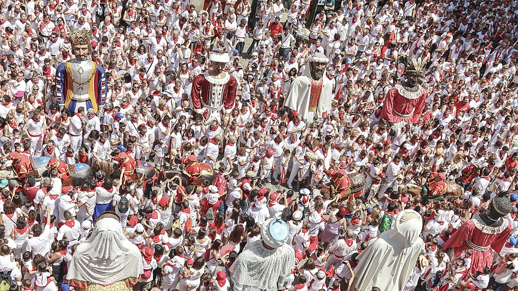 奔牛節 (Photo by San Fermin Pamplona Navarra from España, License: CC0, Wikimedia Commons提供, 圖片來源www.flickr.com/photos/sanferminpamplona/29969732638)