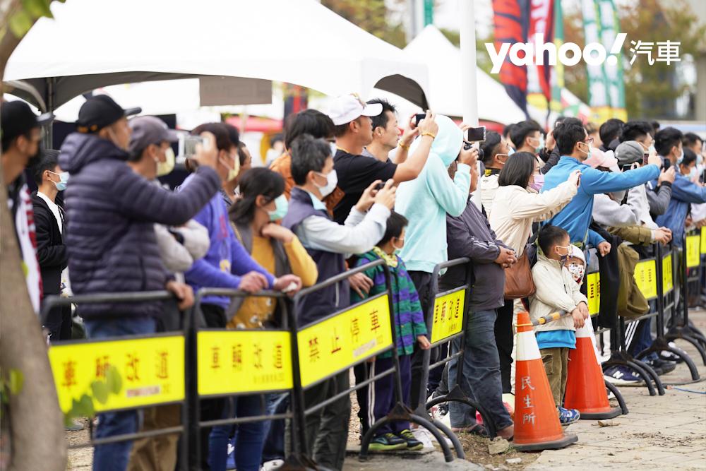 每每看到賽車通過,觀眾無不拿起手機趕緊補抓畫面