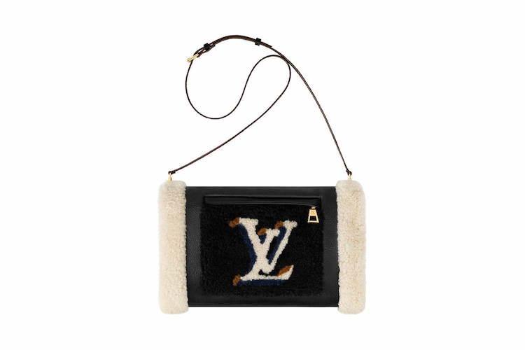 新款的小型郵差包,簡單的輪廓與肩背的設計,除了在穿搭上能很有造型外,也不失去實用的特質。