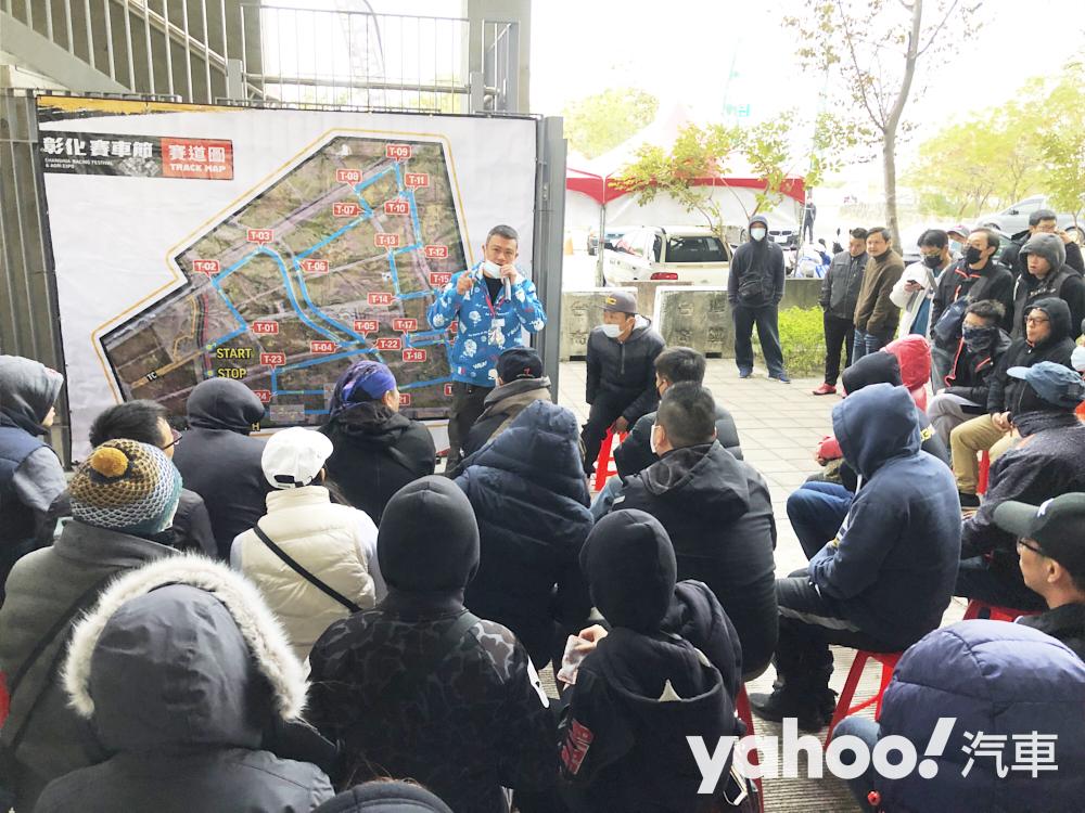 華盟拉力賽的彭志忠會長,在車隊長會議上宣導安全和遵守賽事規格。